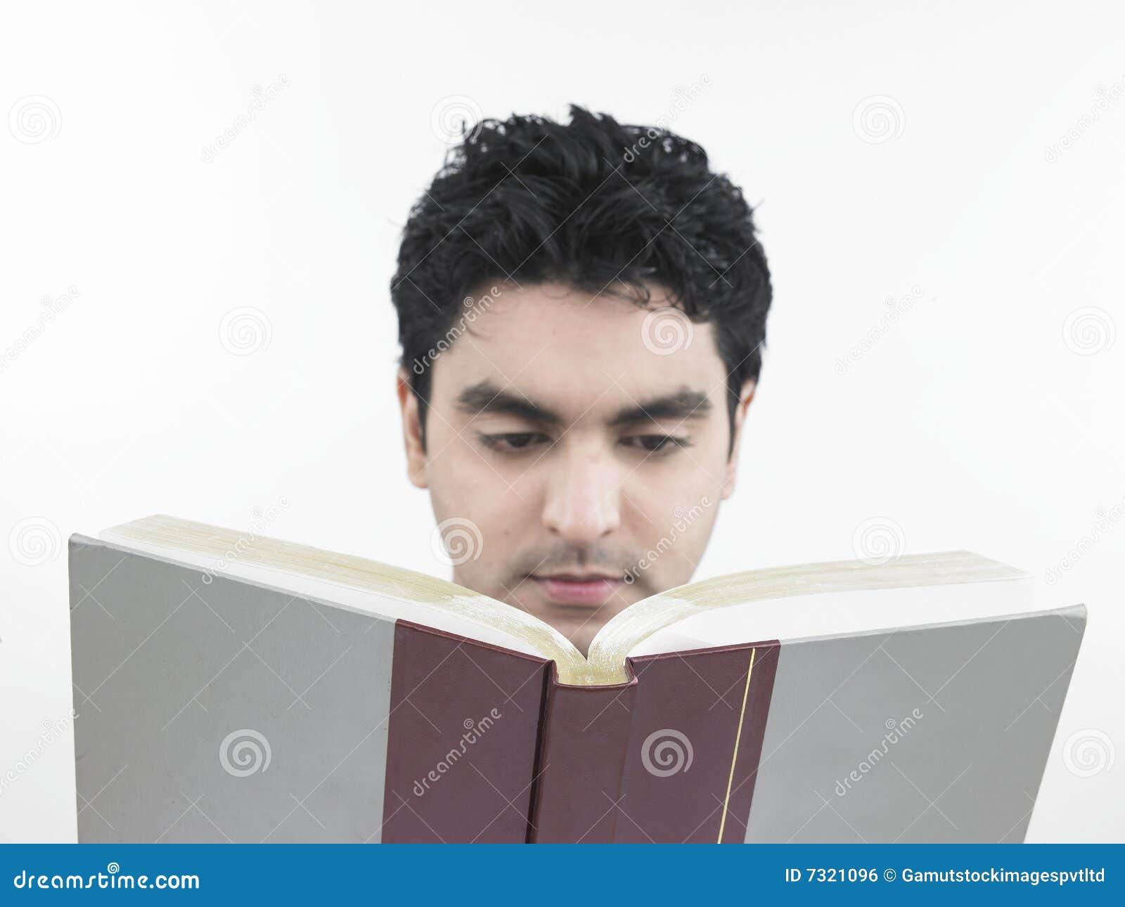 Uomo che legge un libro grasso