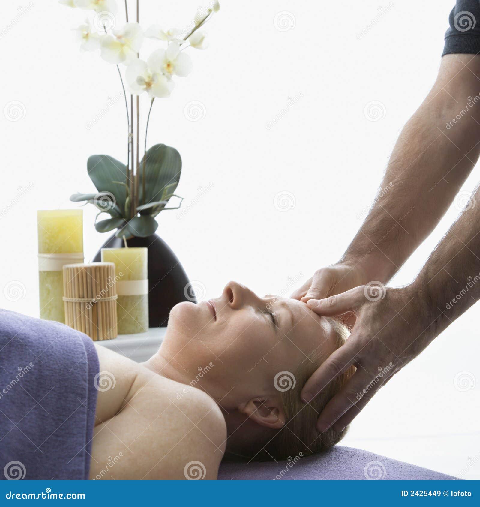 Uomo che massaggia donna.