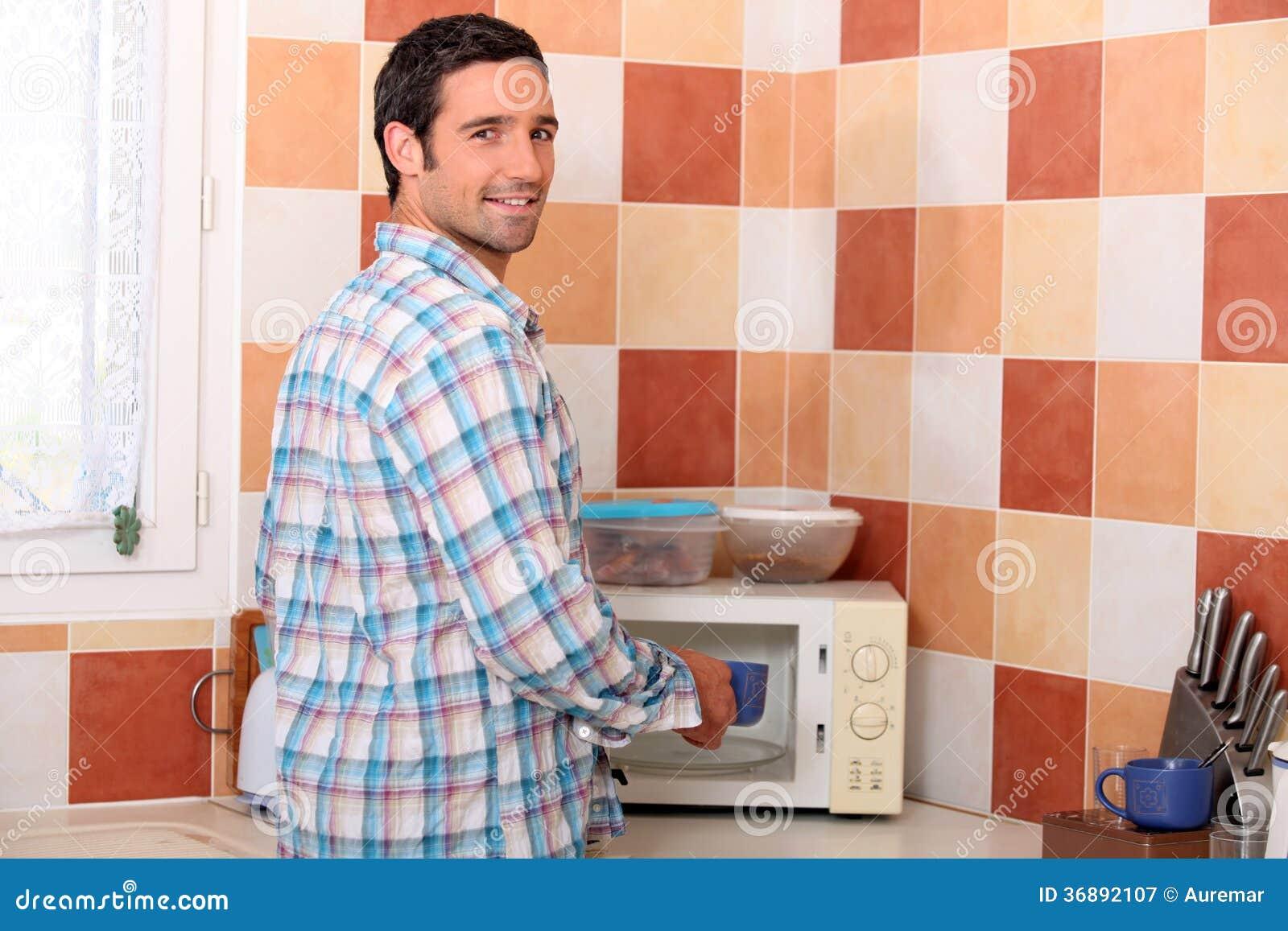 Download Uomo Che Mette Tazza Nella Microonda Immagine Stock - Immagine di casa, microonda: 36892107