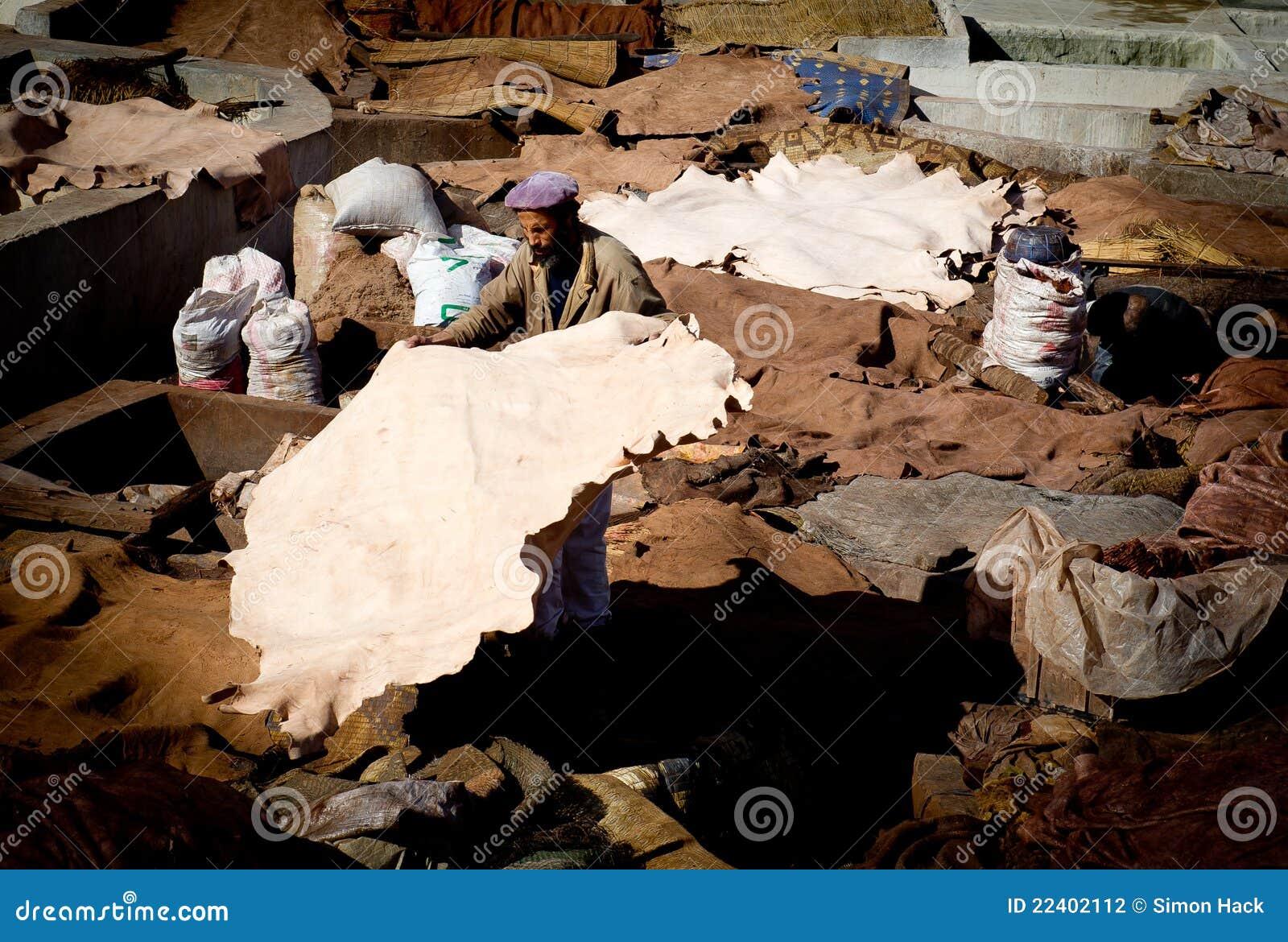 Uomo che ordina le pelli animali a Marrakesh