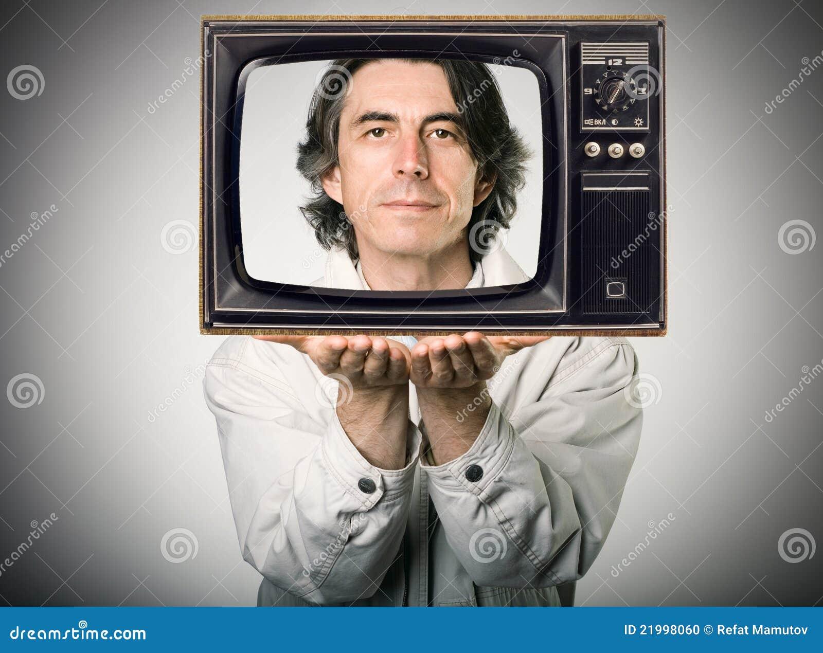 Uomo che osserva da una retro televisione