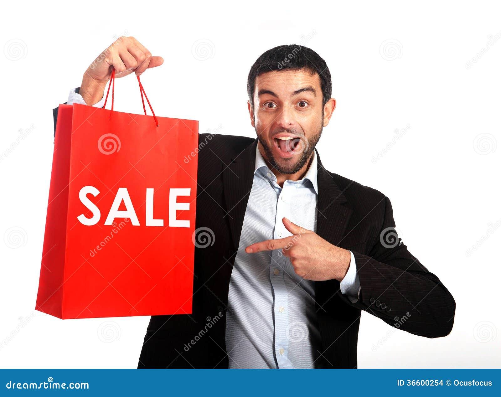Uomo che porta un sacchetto della spesa rosso di vendita