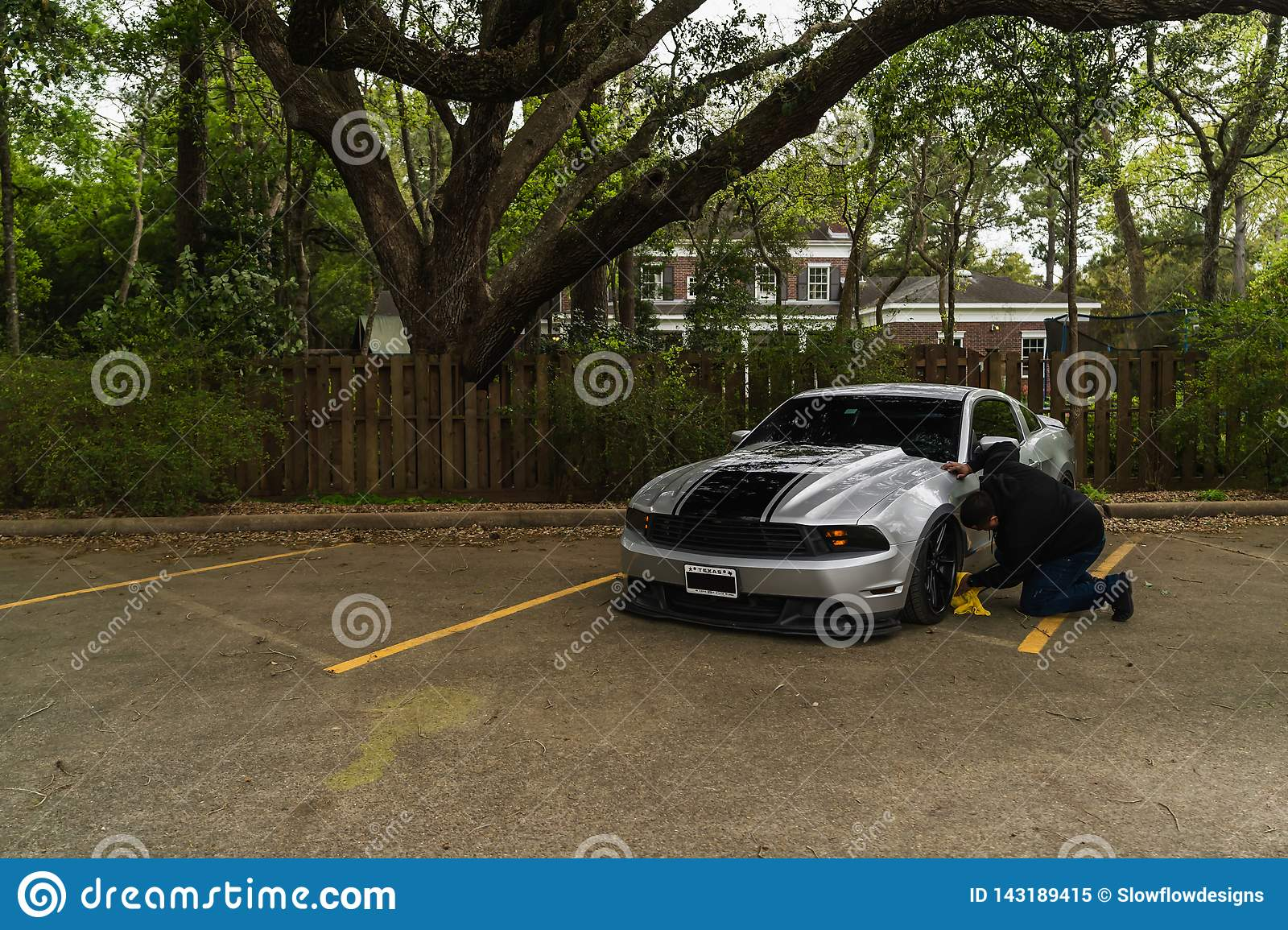 Uomo che pulisce Ford Mustang d argento