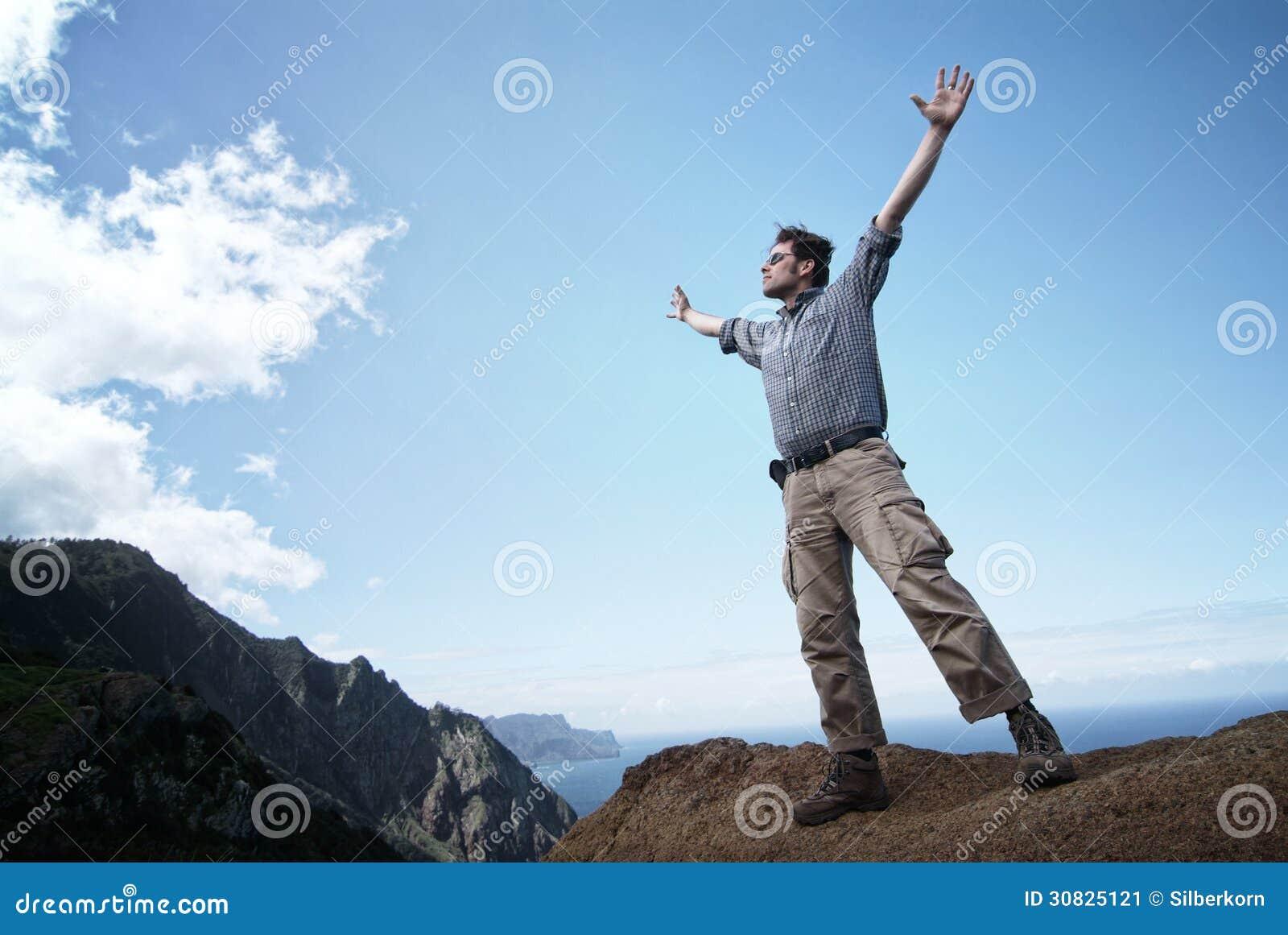 Uomo che raggiunge fuori per il cielo
