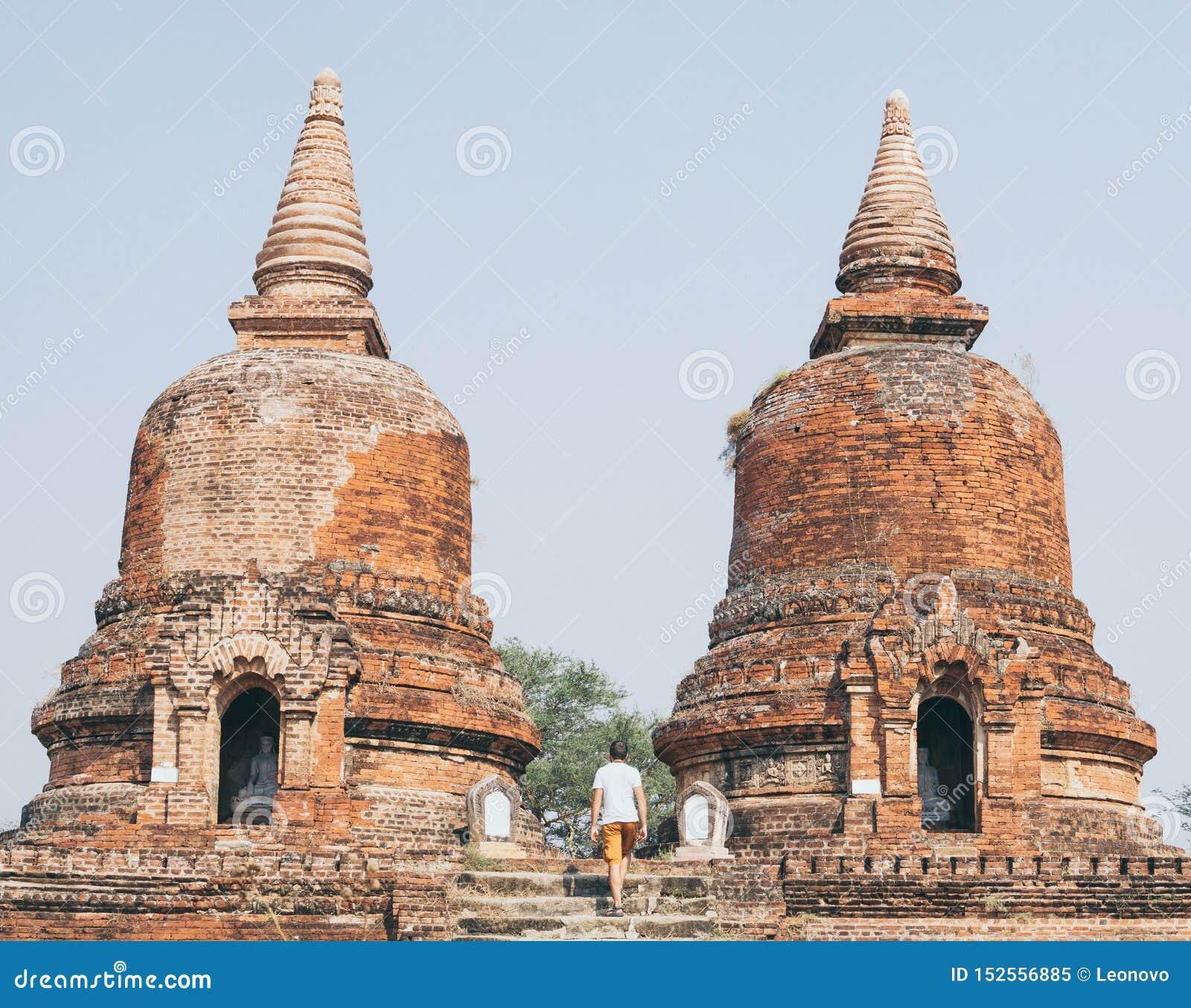 Uomo che registra le rovine di vecchio tempio in Bagan, Myanmar