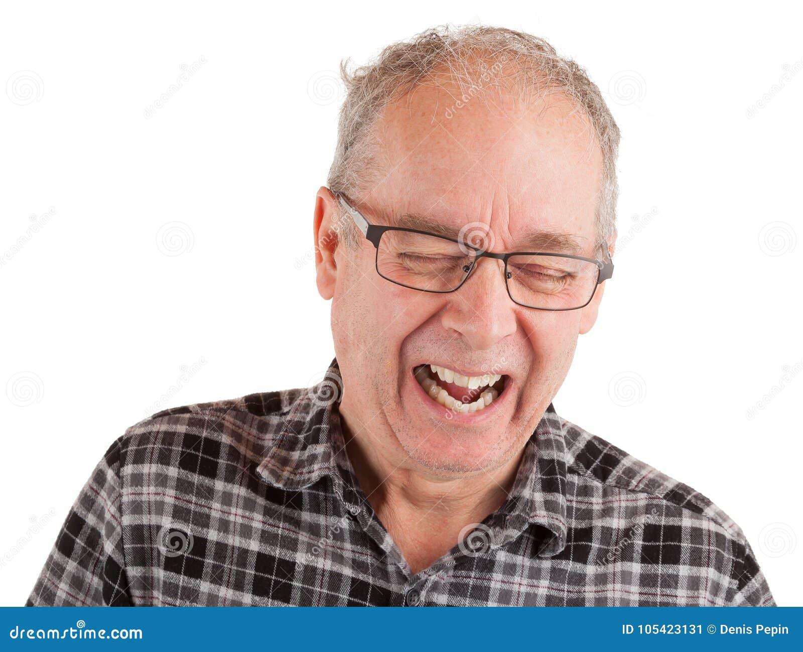 Uomo che ride circa qualcosa
