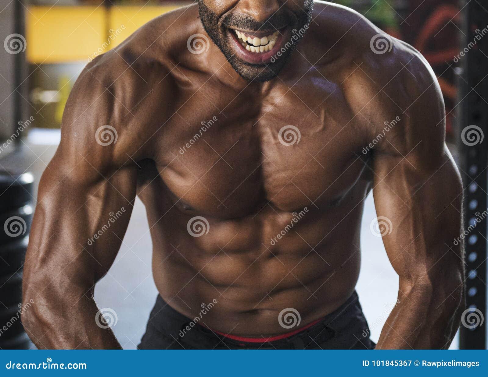 Uomo che risolve alla ginnastica
