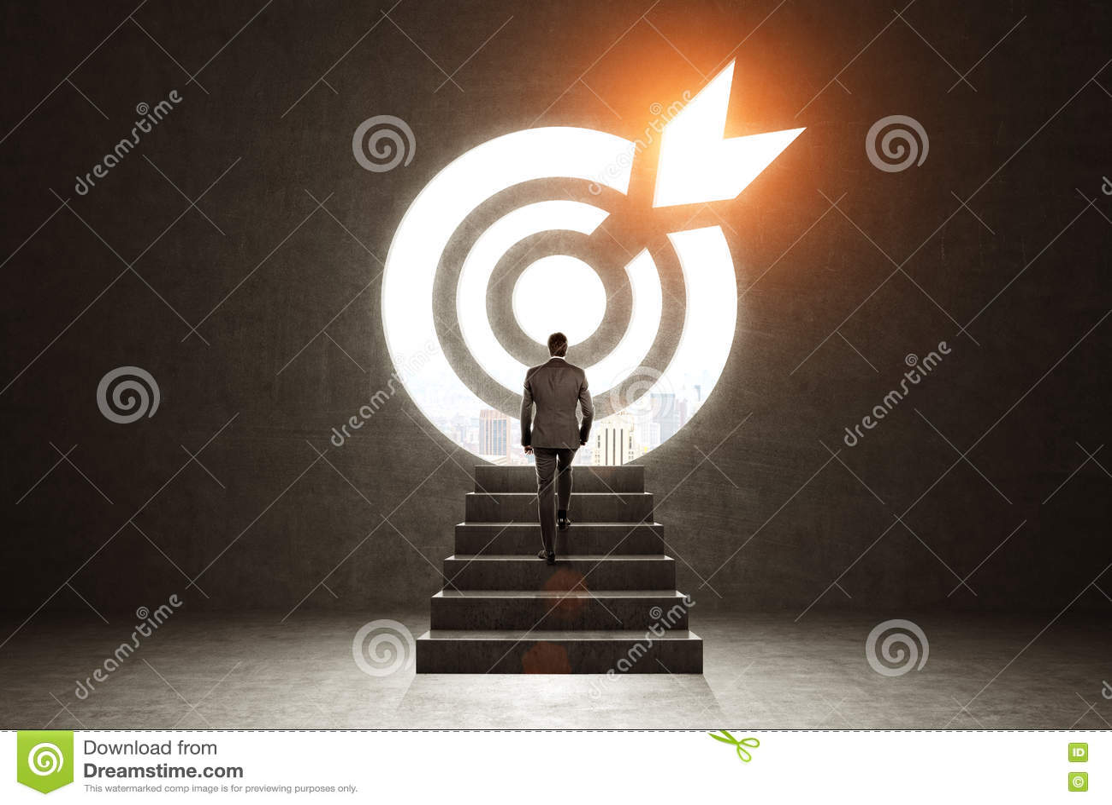 Uomo che scala ad un obiettivo