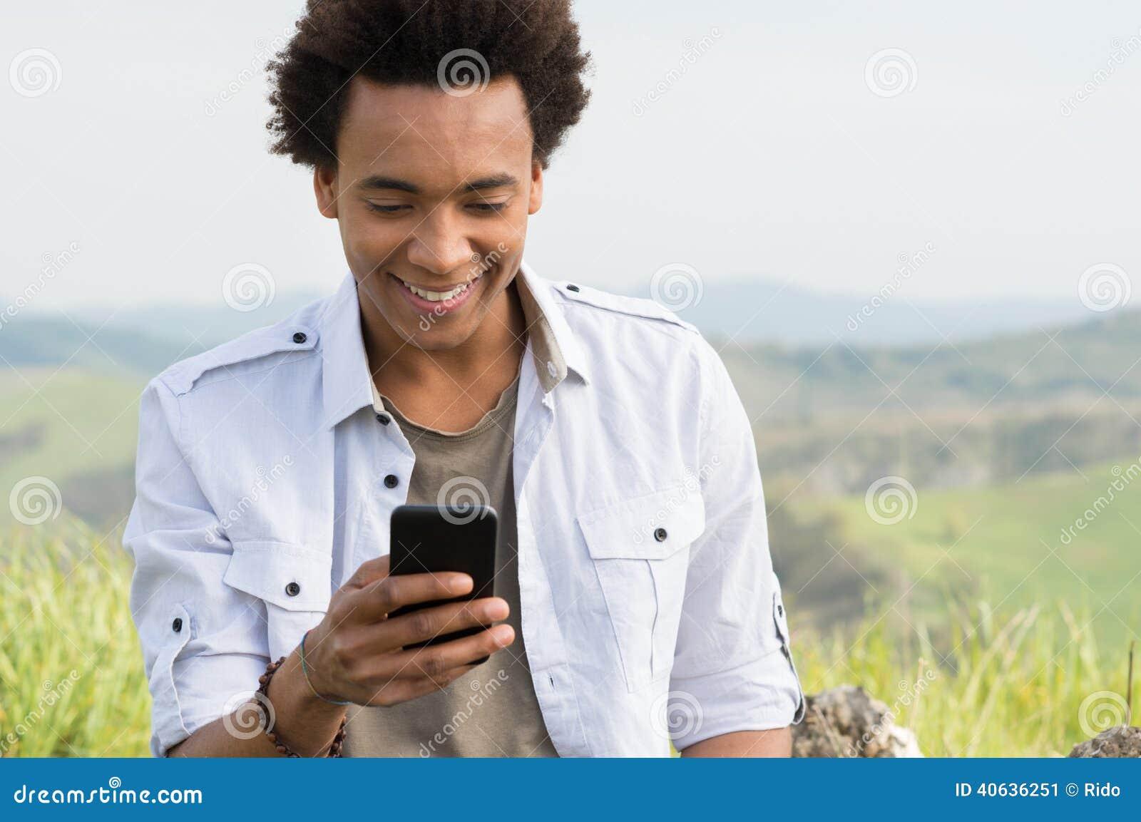Uomo che sembra scrivente sul telefono
