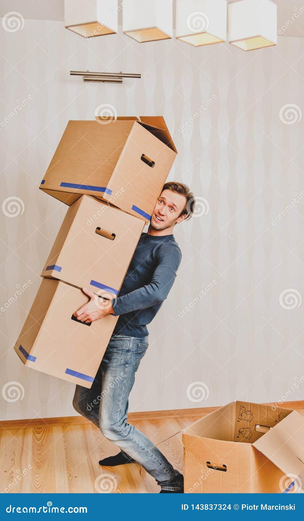 Uomo che si muove in nuovo apartmant