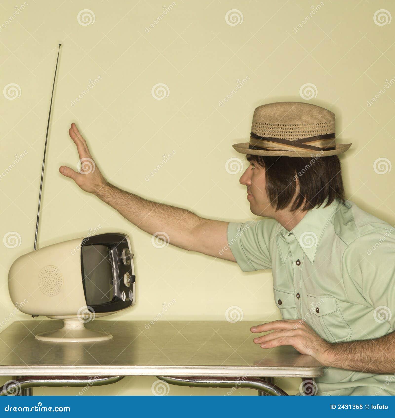 Uomo che sintonizza in televisione.