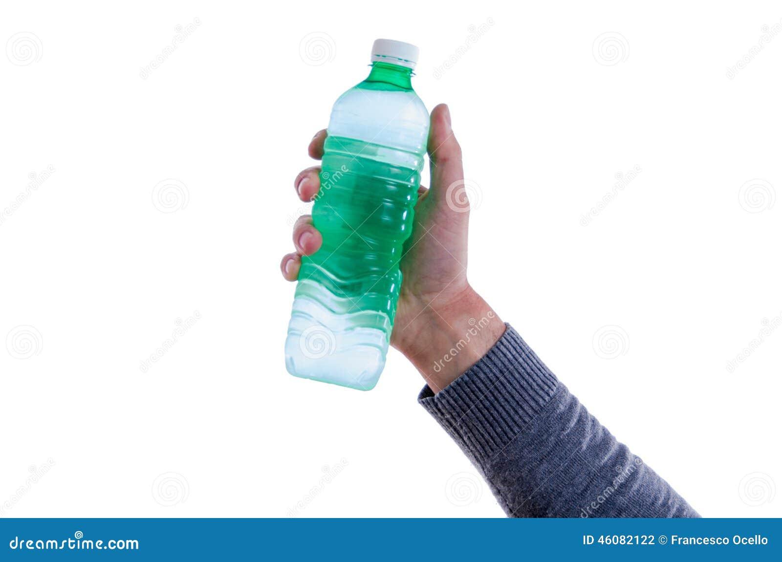 Uomo che sostiene una bottiglia di acqua dolce