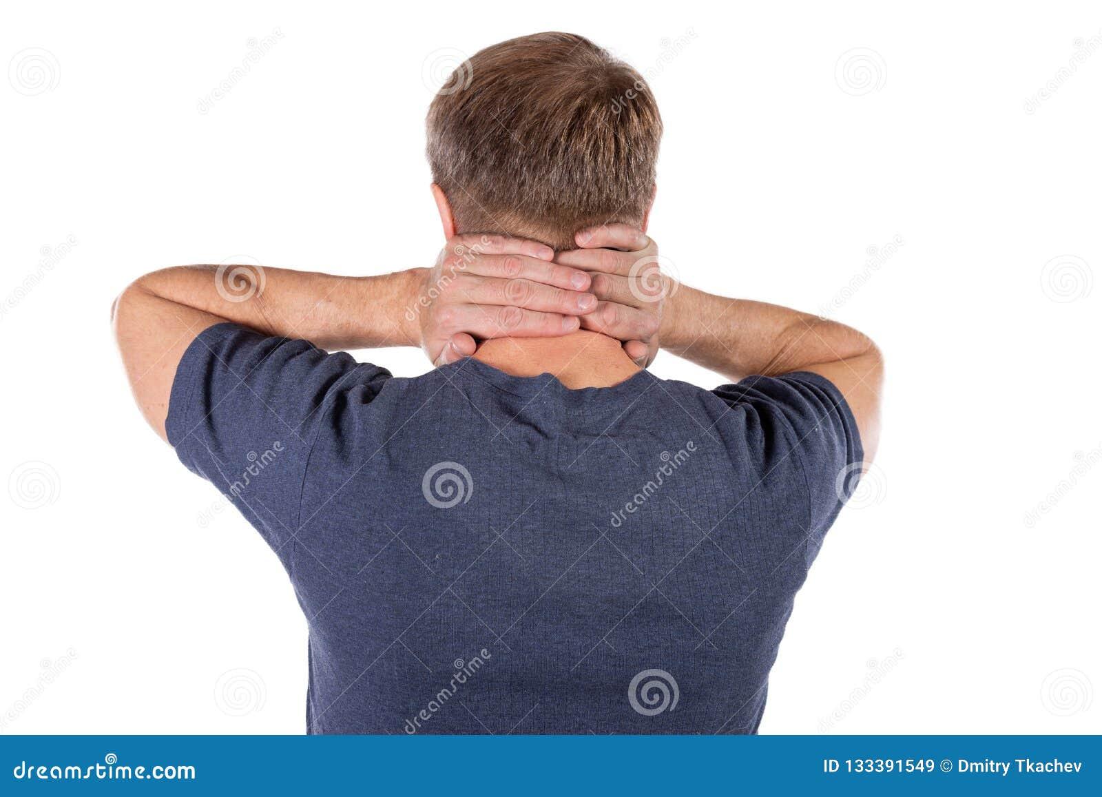 Uomo che tiene il suo collo nel dolore su fondo bianco Dolore al collo più basso Tipo che tocca il suo collo per il dolore