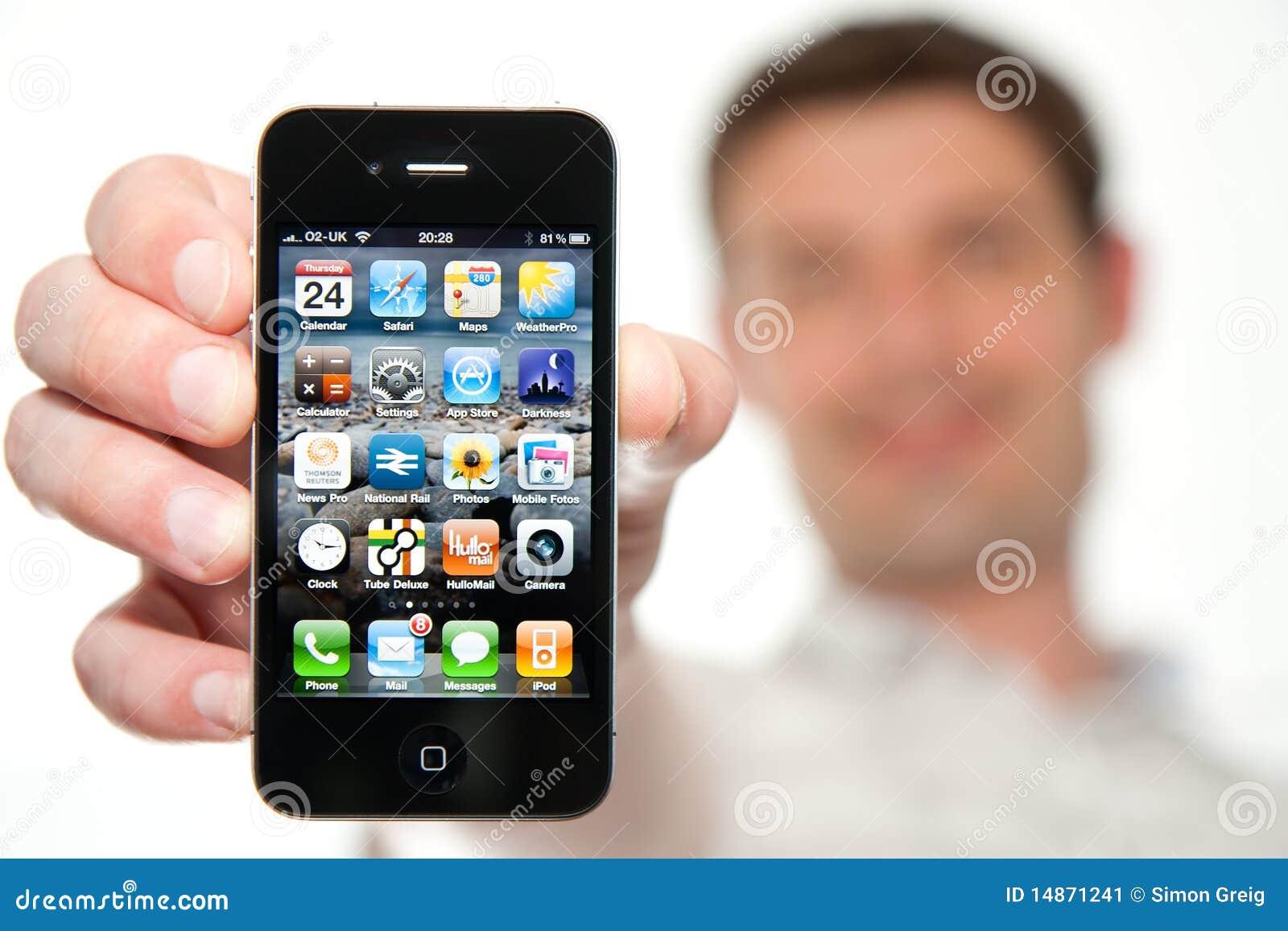 Uomo che tiene un nuovo iPhone 4
