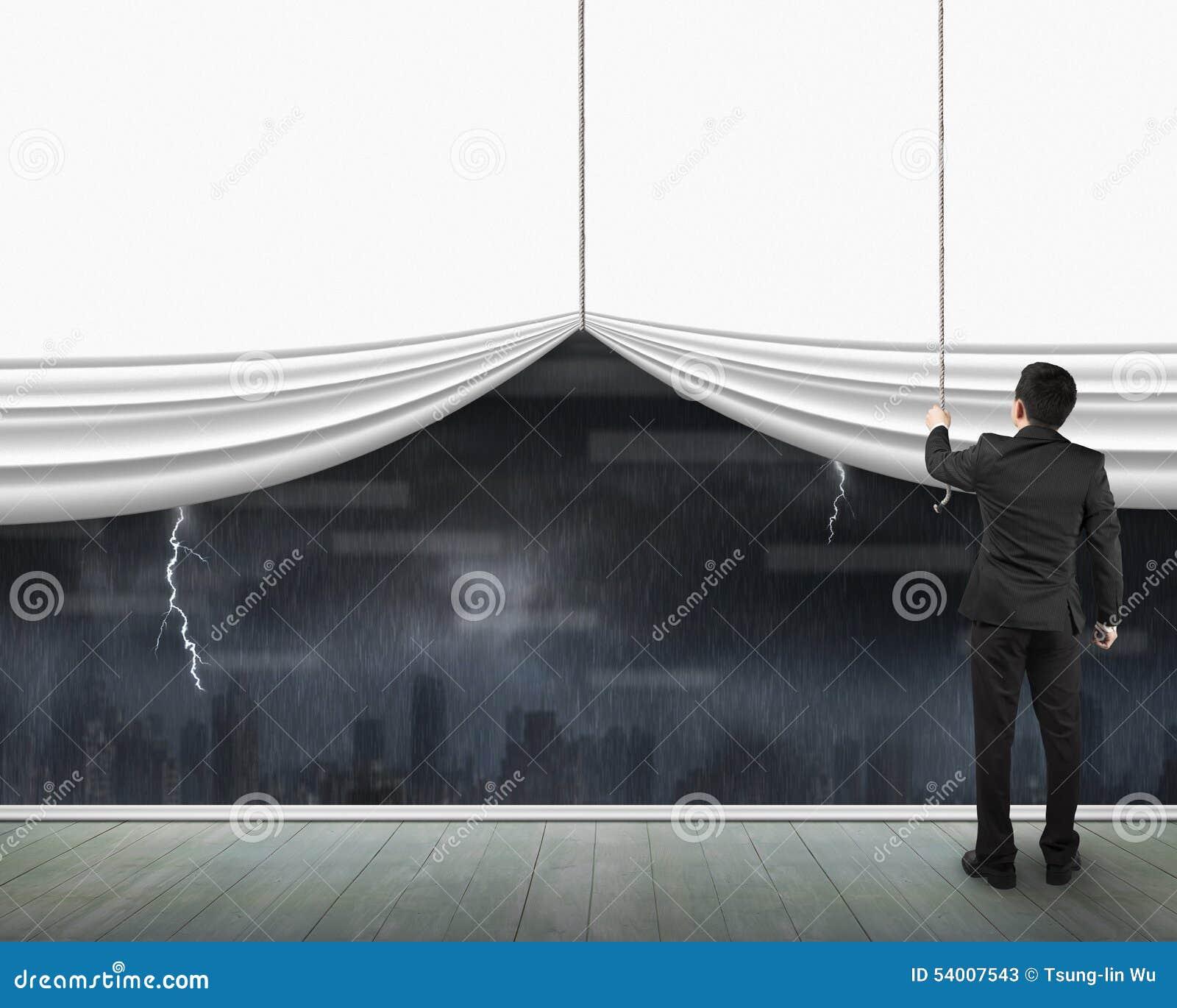 Uomo che tira paesaggio urbano bianco in bianco aperto di buio della ...