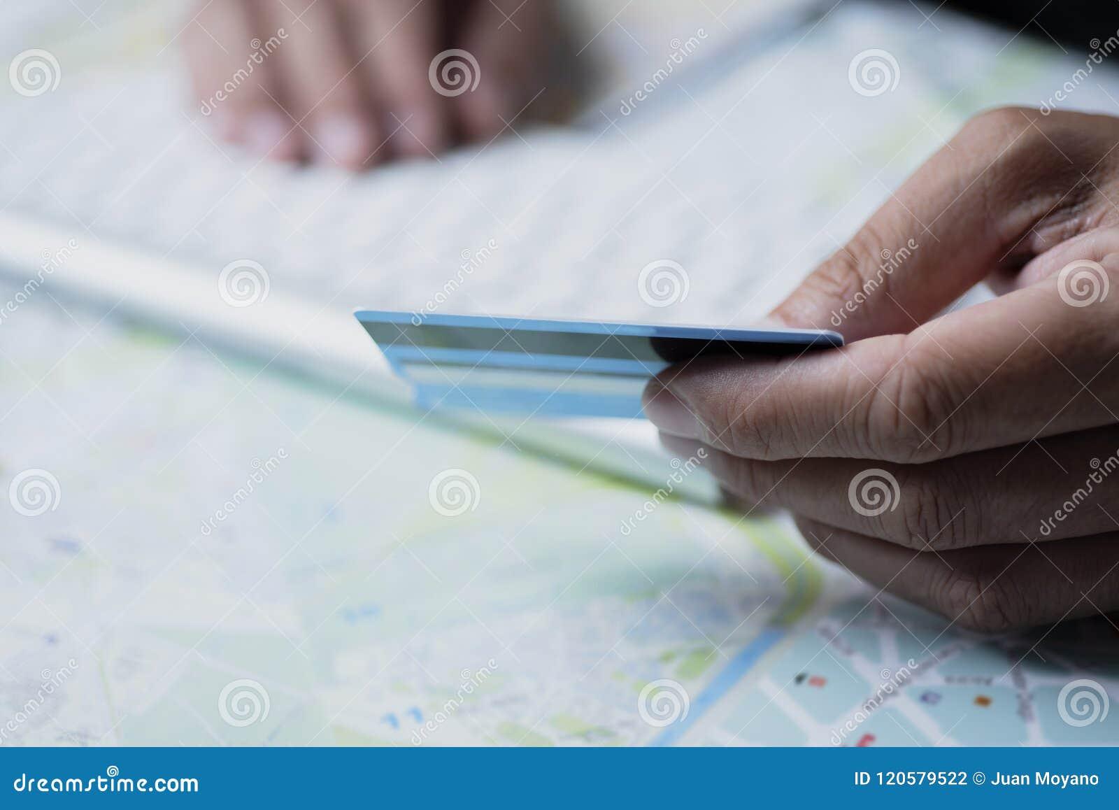 Uomo che usando una carta di credito per prenotare un viaggio