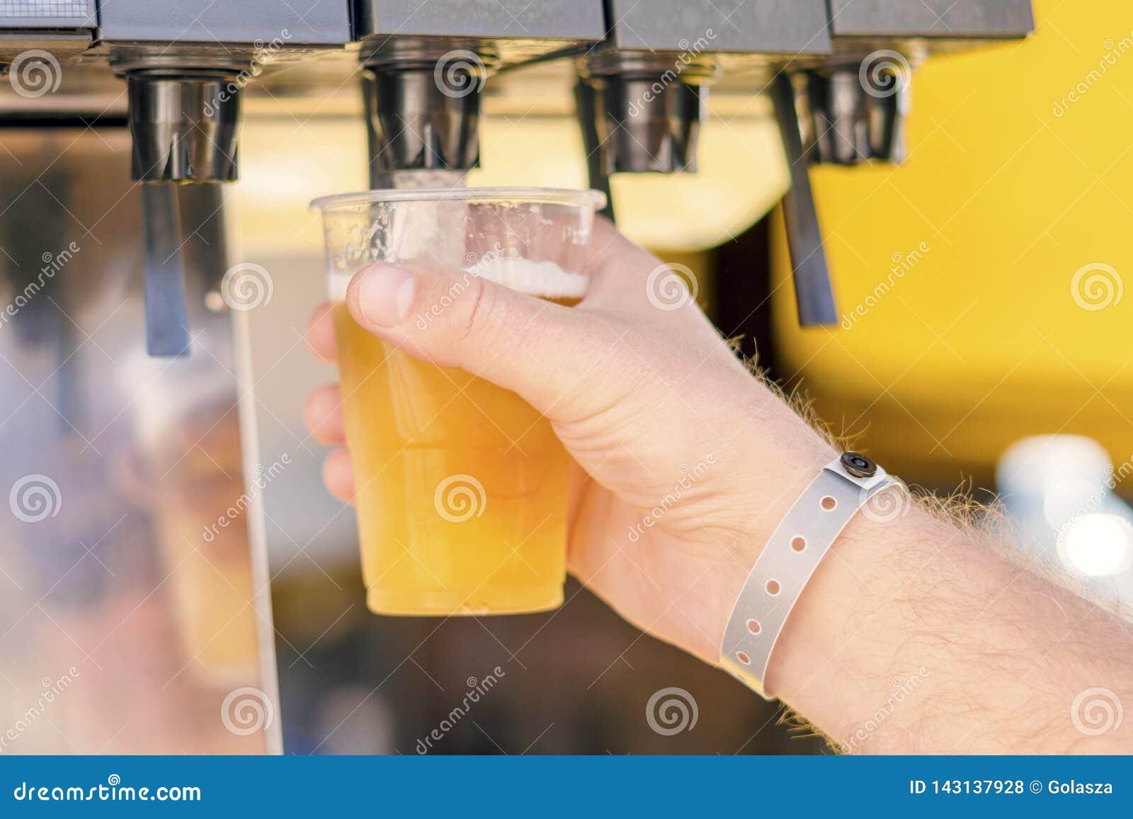 Uomo che versa bevanda fresca nella barra di self service