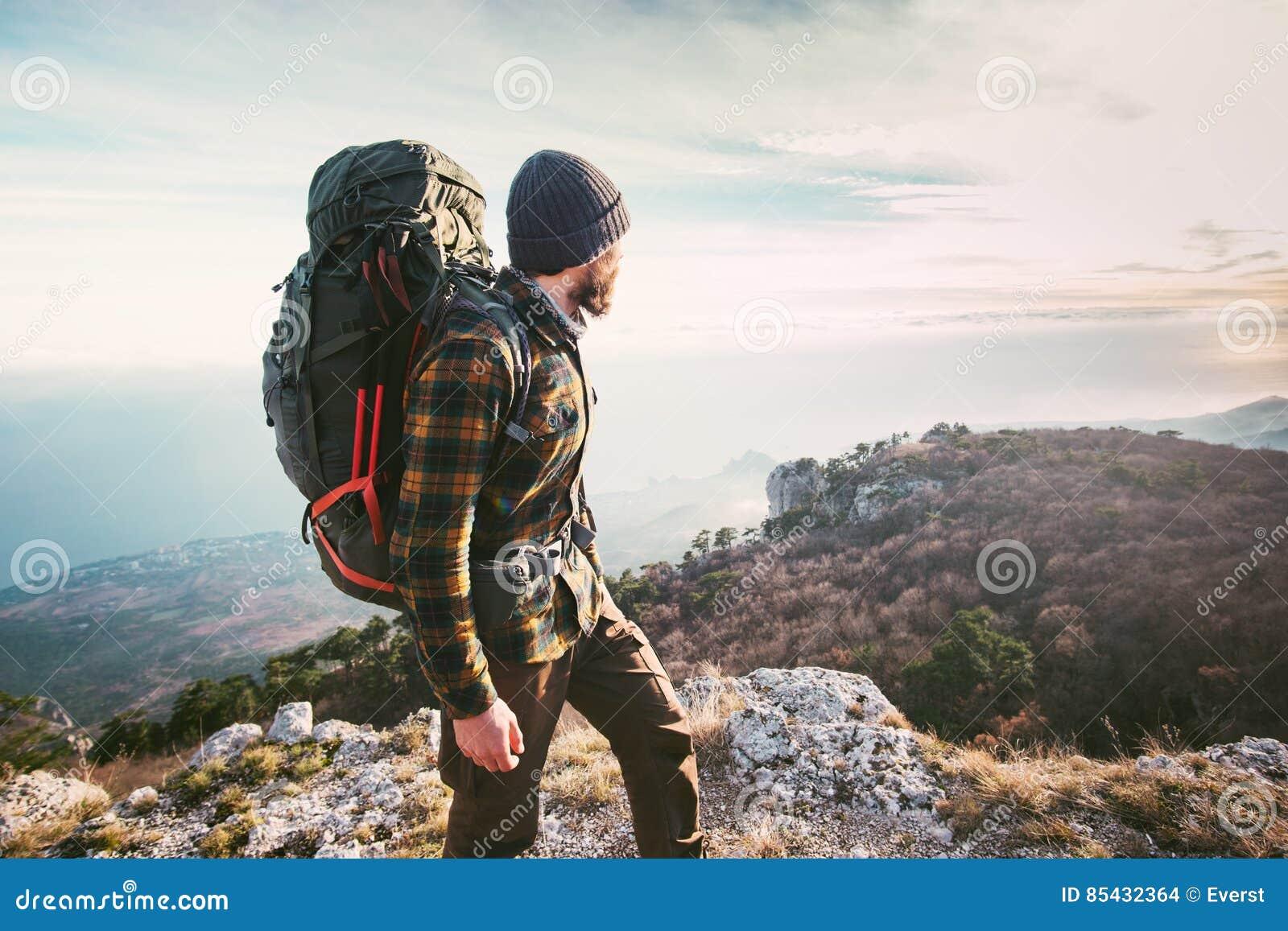 ad8b671cf2 L'uomo che viaggia con lo zaino che fa un'escursione in attivo di avventura  di concetto di successo di stile di vita di viaggio delle montagne  vacations ...