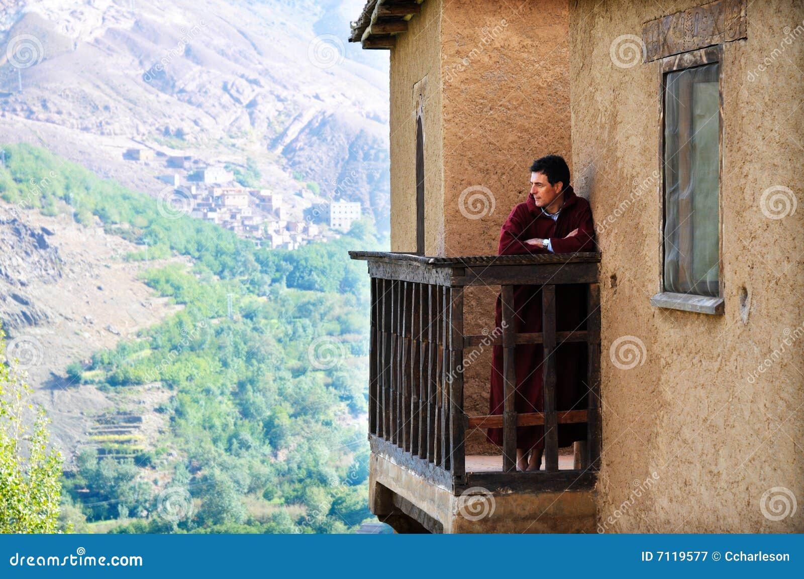 Uomo che visualizza un kasbah nel Marocco