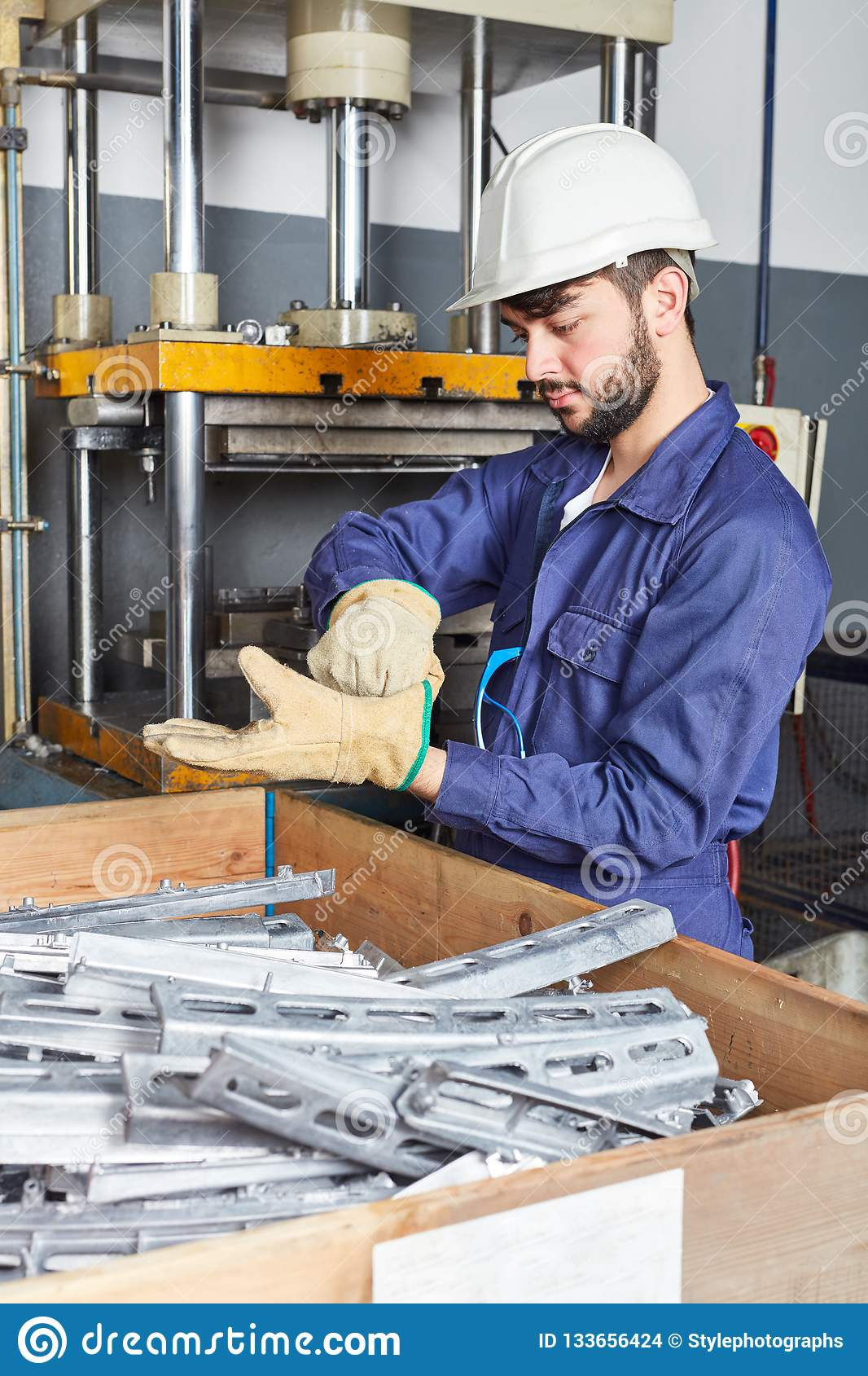 Uomo come lavoratore nell officina di metallurgia