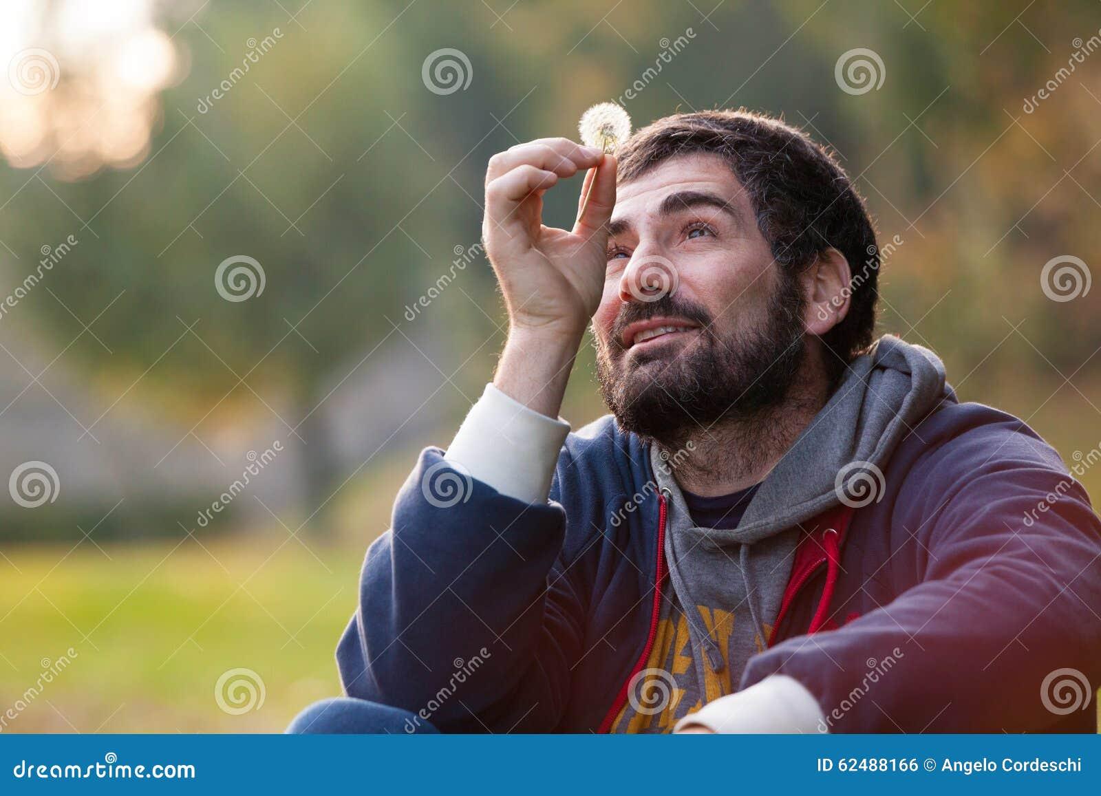 Uomo completamente nell amore Perso in mente Speranza e natura di armonia