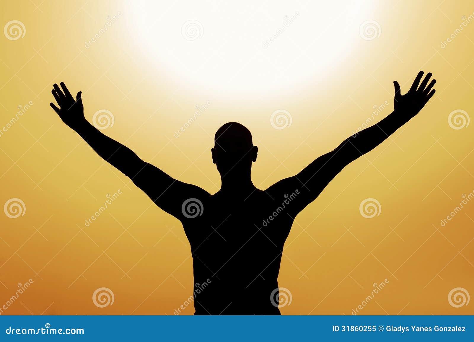 Atma Shatkam  Uomo-con-braccia-aperte-su-fondo-giallo-31860255