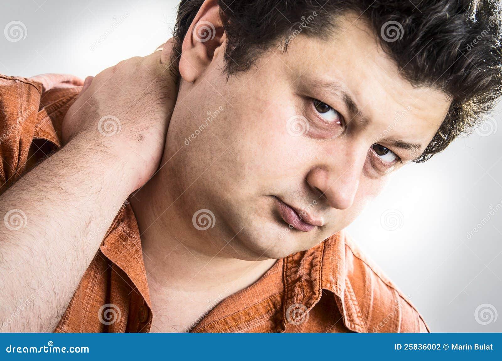 Uomo con dolore al collo