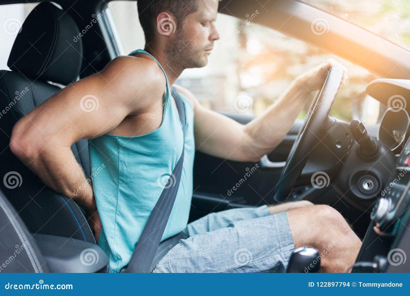 Uomo con dolore alla schiena dopo un azionamento lungo in automobile