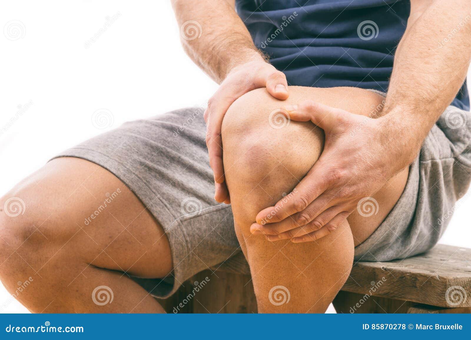 Uomo con dolore del ginocchio