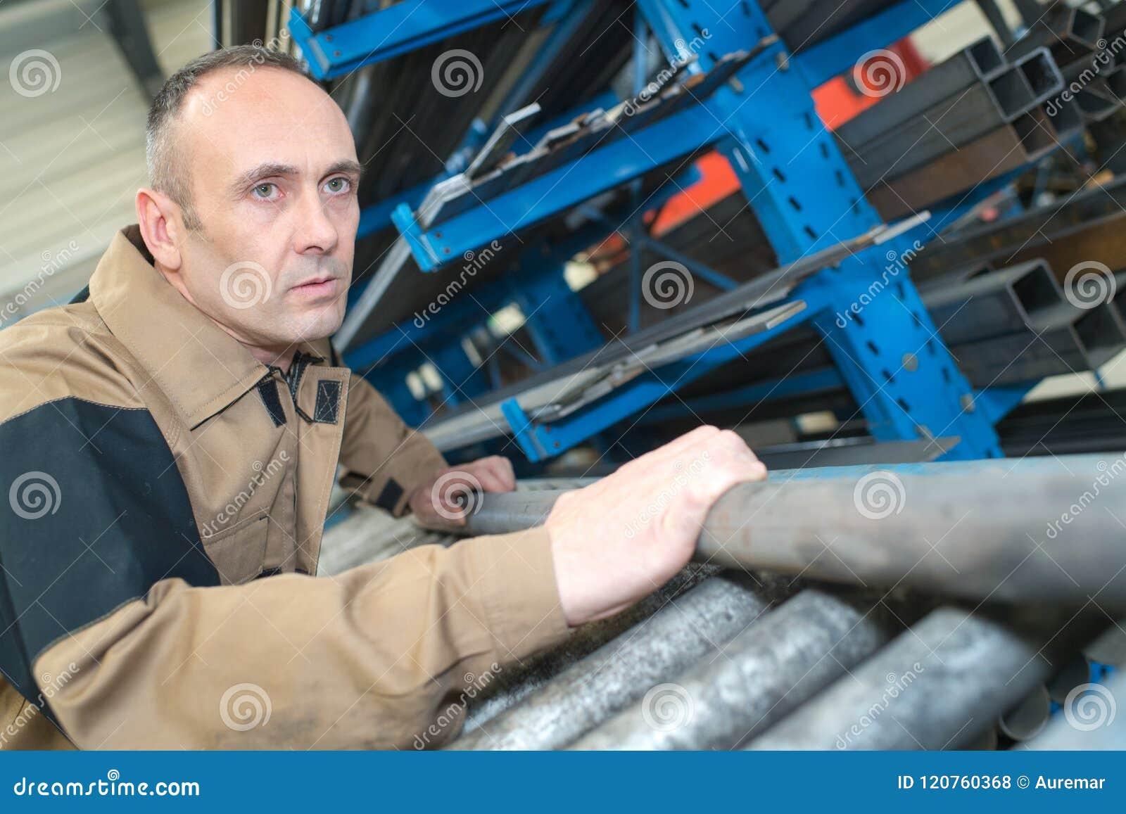 Uomo con il casco che lavora nella fabbrica di metallurgia