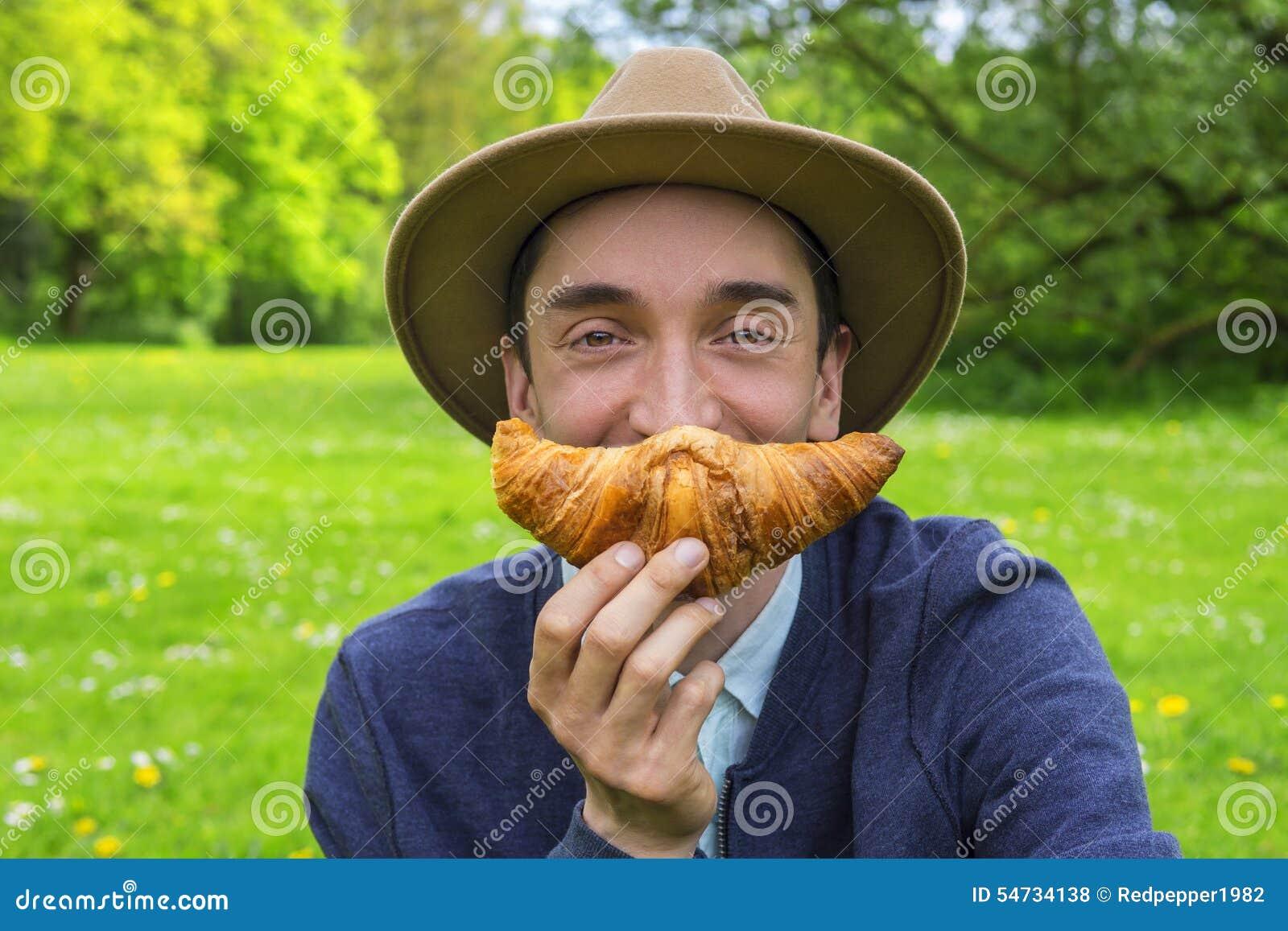 Uomo con il croissant