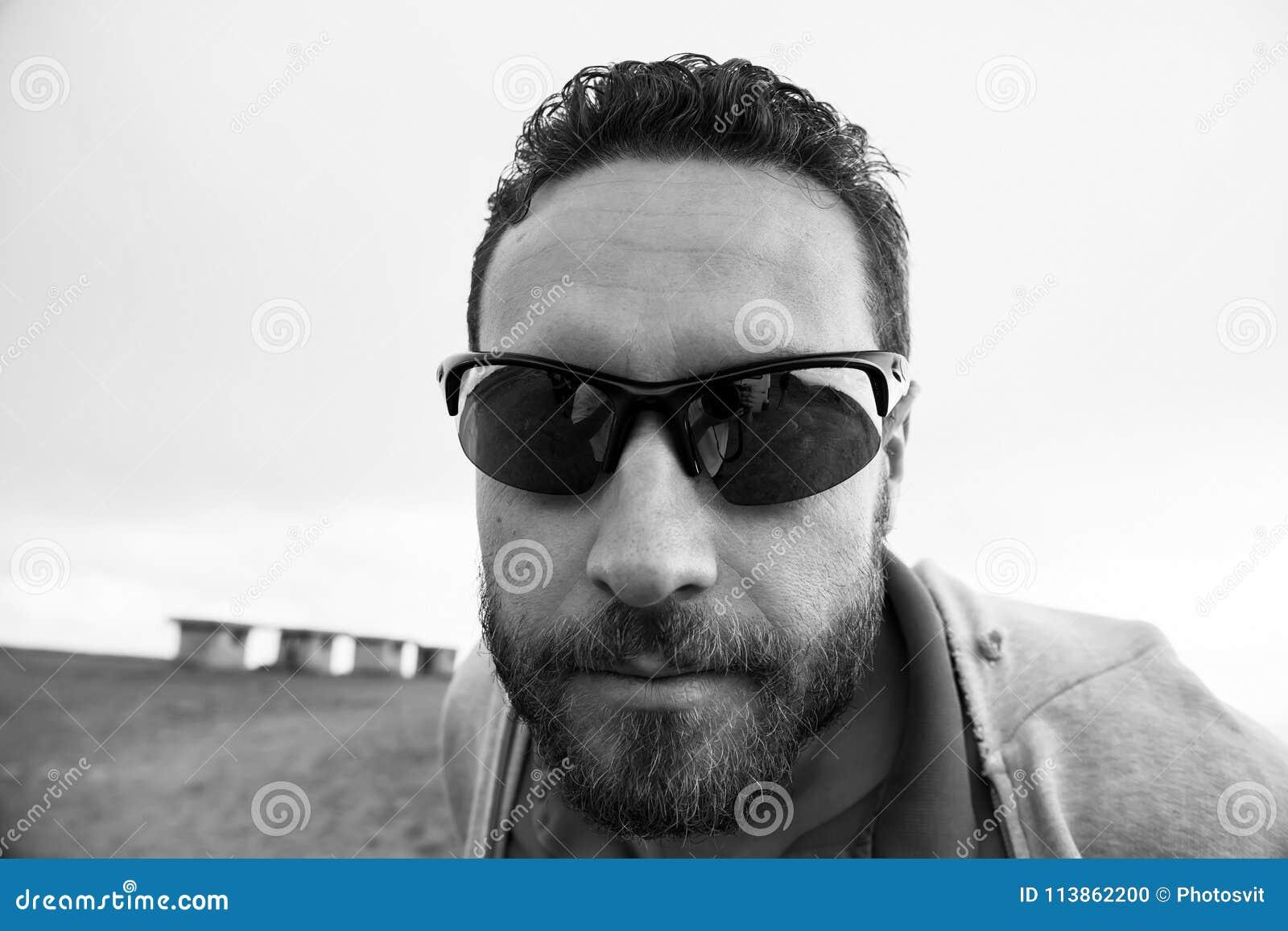 Uomo RasatoLa In Baffi Non Il Con Fronte Barba Da Ed I Occhiali cjSL4A35Rq