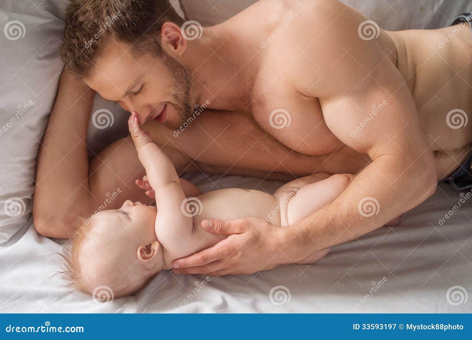 Uomo con il piccolo bambino.