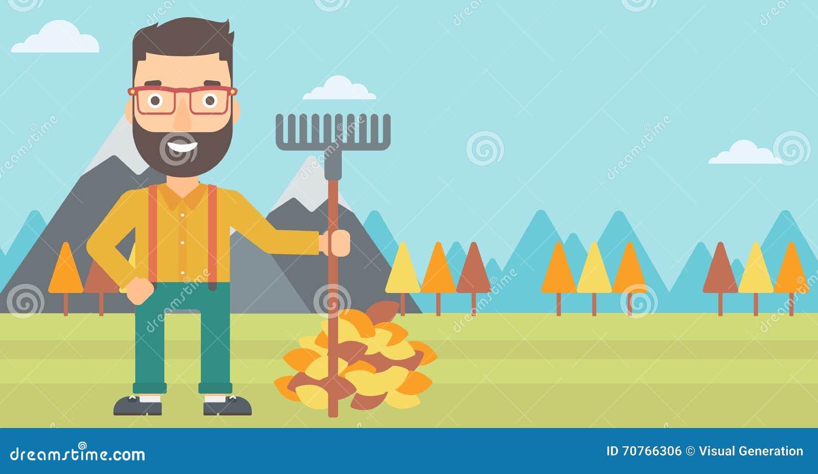 Uomo con il rastrello che sta mucchio vicino delle foglie di autunno