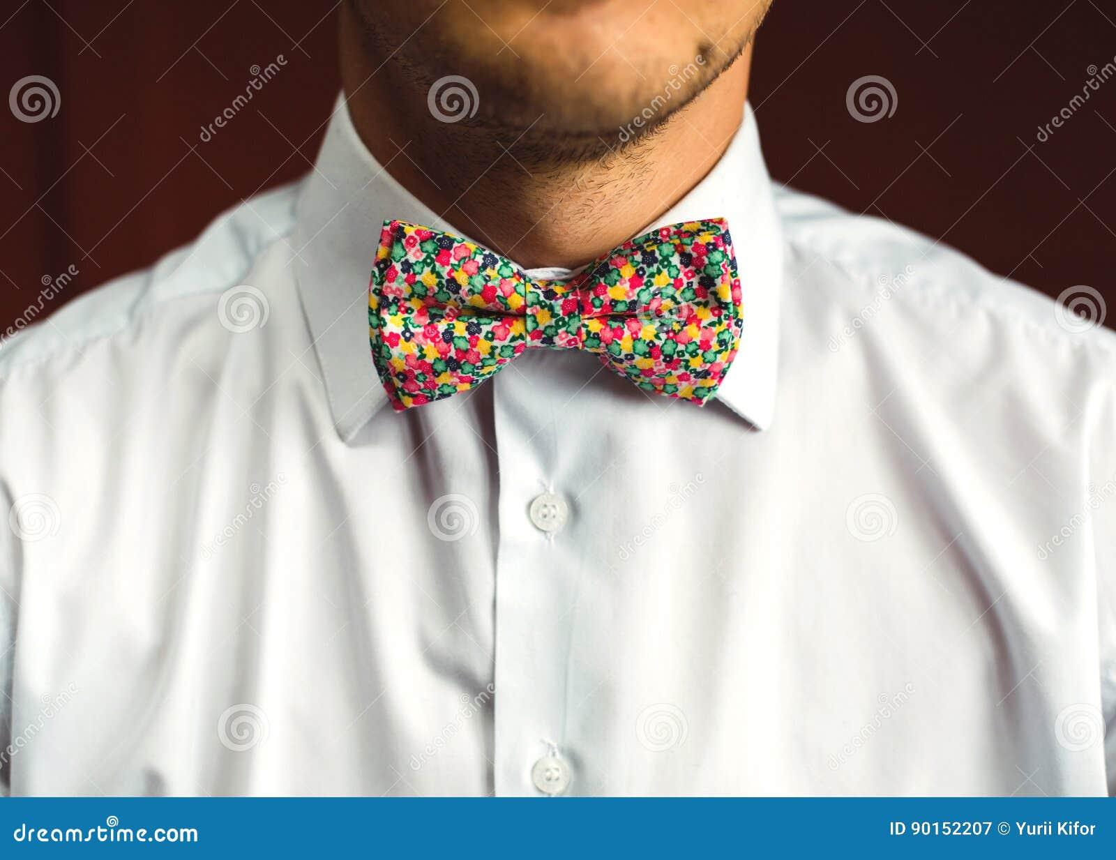 size 40 b71cd 12fd8 Uomo Con La Barba Che Corregge La Sua Cravatta A Farfalla ...