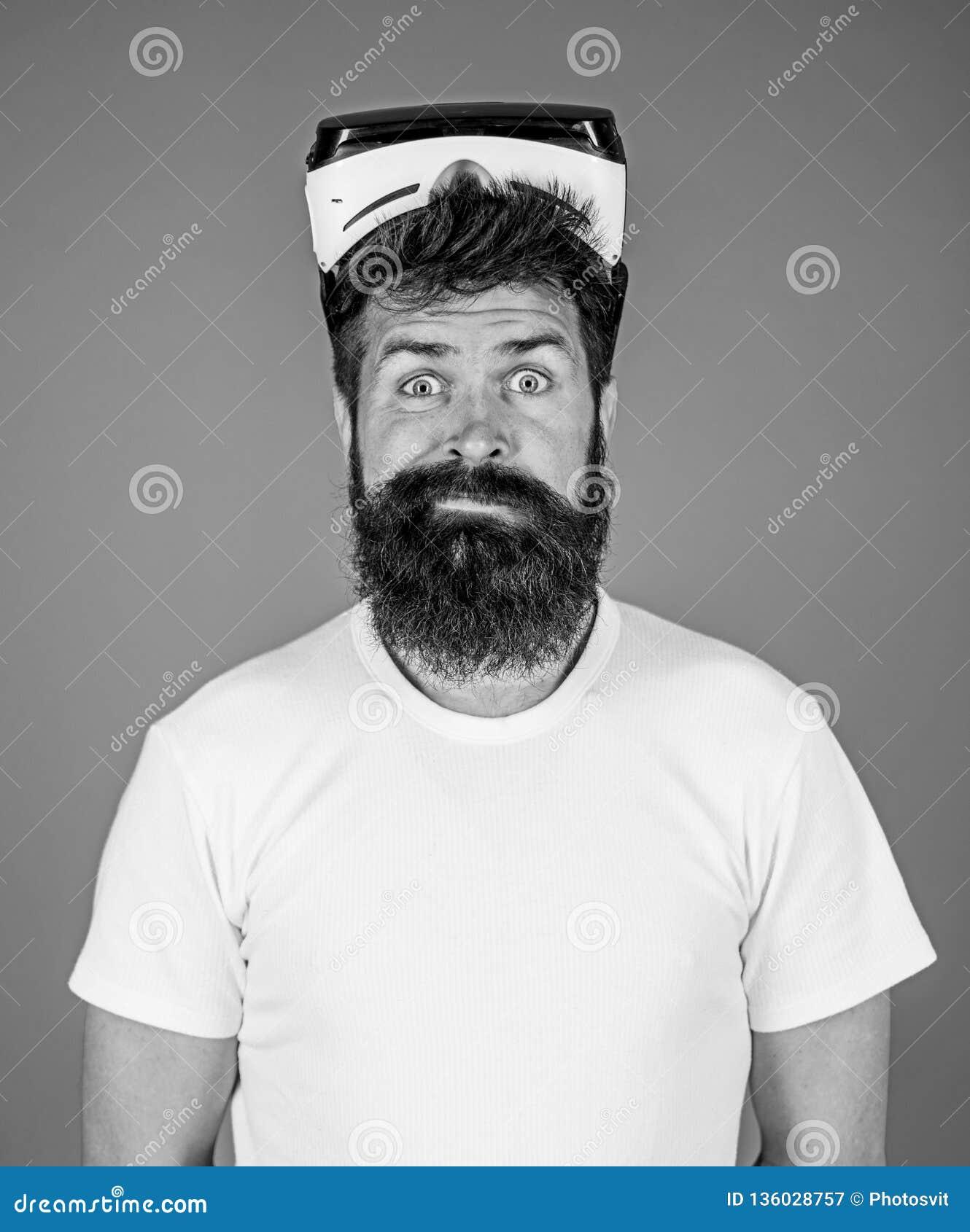 Uomo con la barba e baffi con i vetri di VR Occhiali di protezione d uso di realtà virtuale dell uomo Colpo dello studio, fondo b