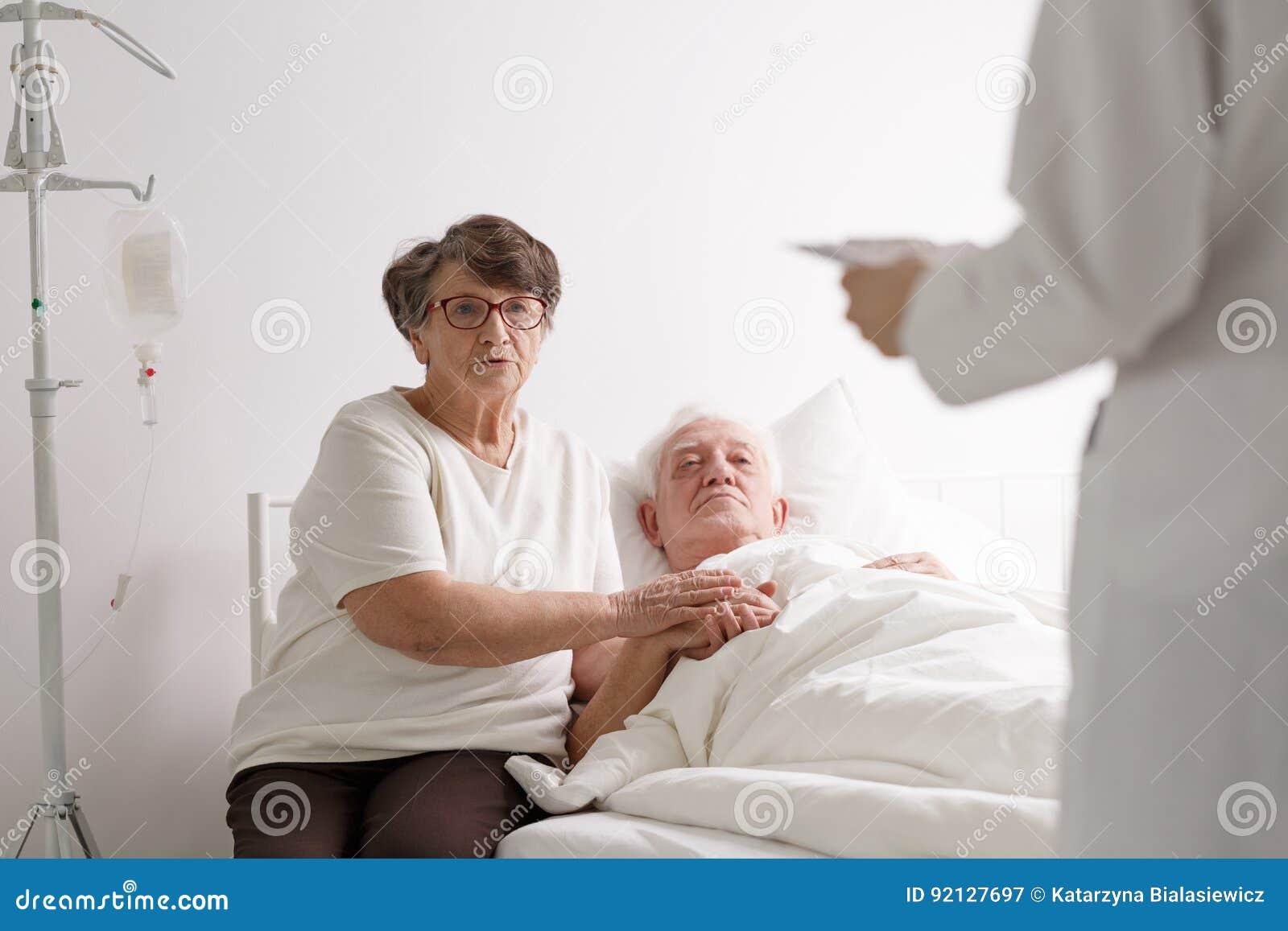 Uomo con la diagnosi d ascolto della moglie