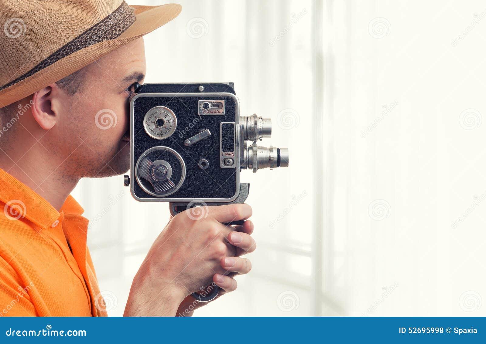 Uomo con la retro macchina fotografica