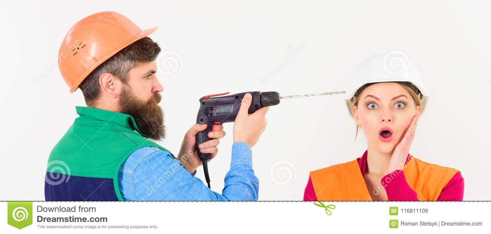 Uomo con la testa dei trapani del trapano della donna, fondo bianco
