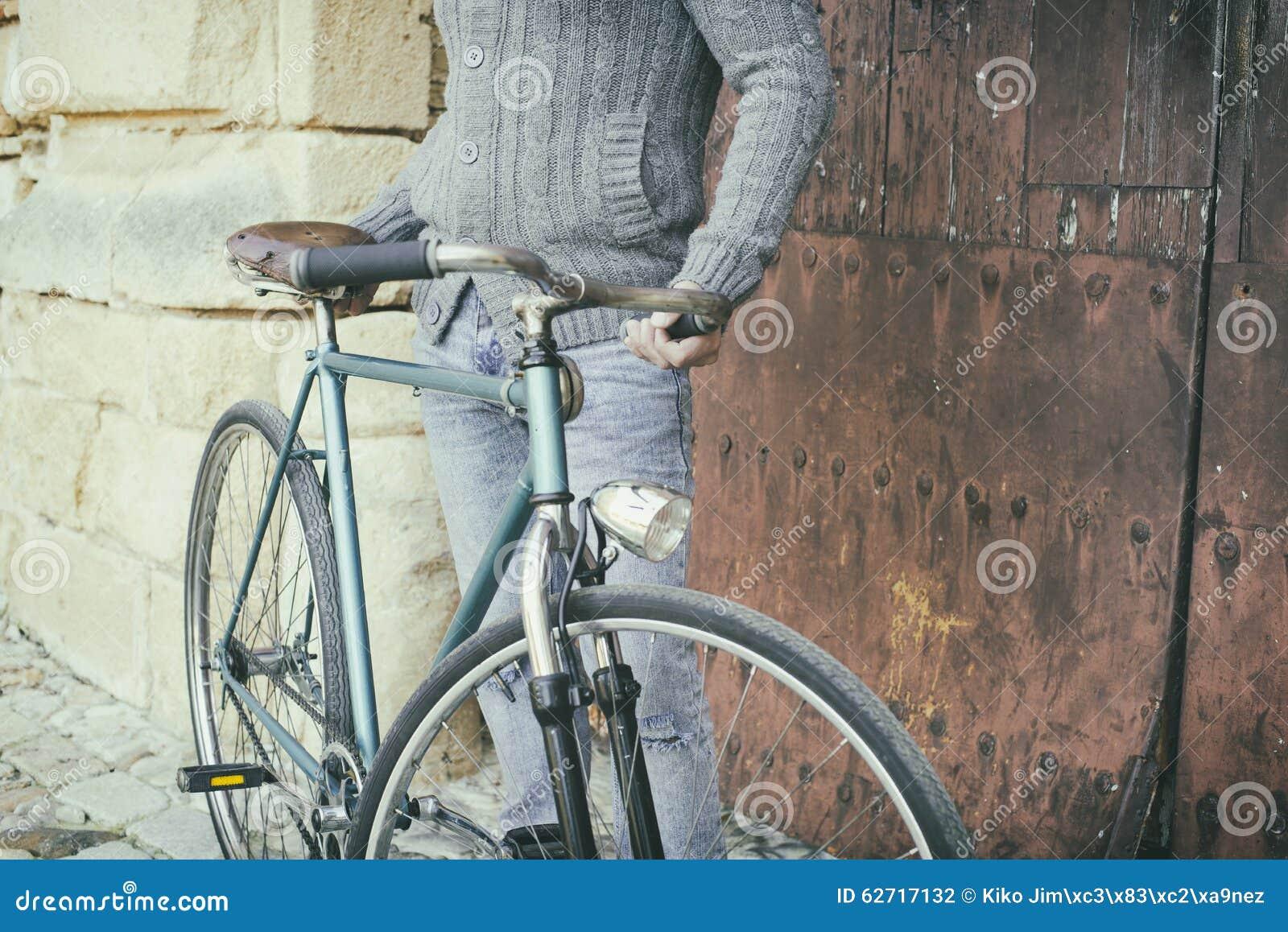 Uomo Con La Vecchia Bici Fotografia Stock Immagine Di Biking 62717132