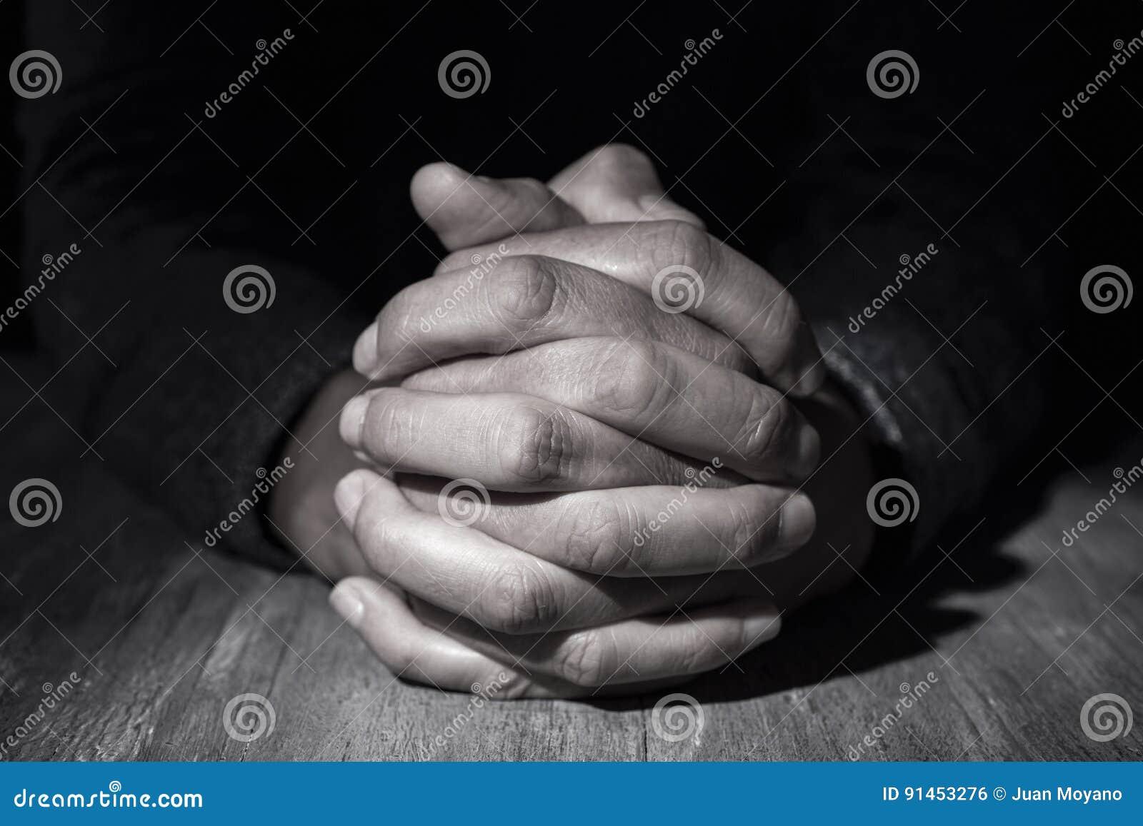 Uomo con le sue mani afferrate