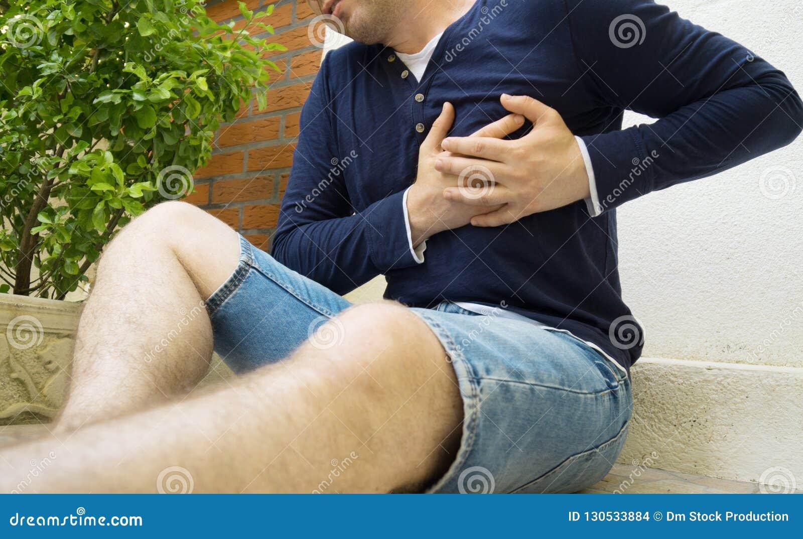 Uomo con un attacco di cuore