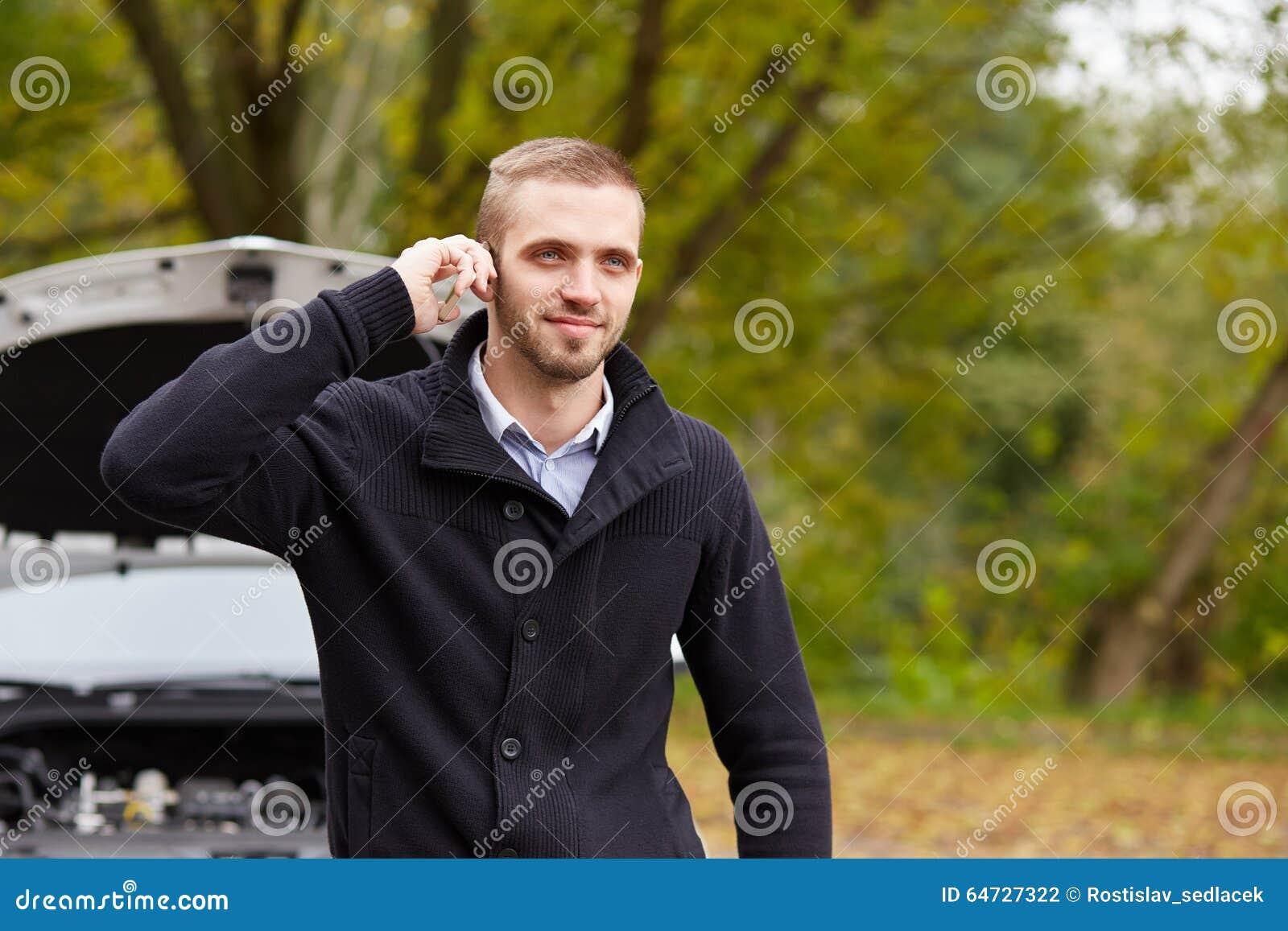Uomo con un automobile rotta