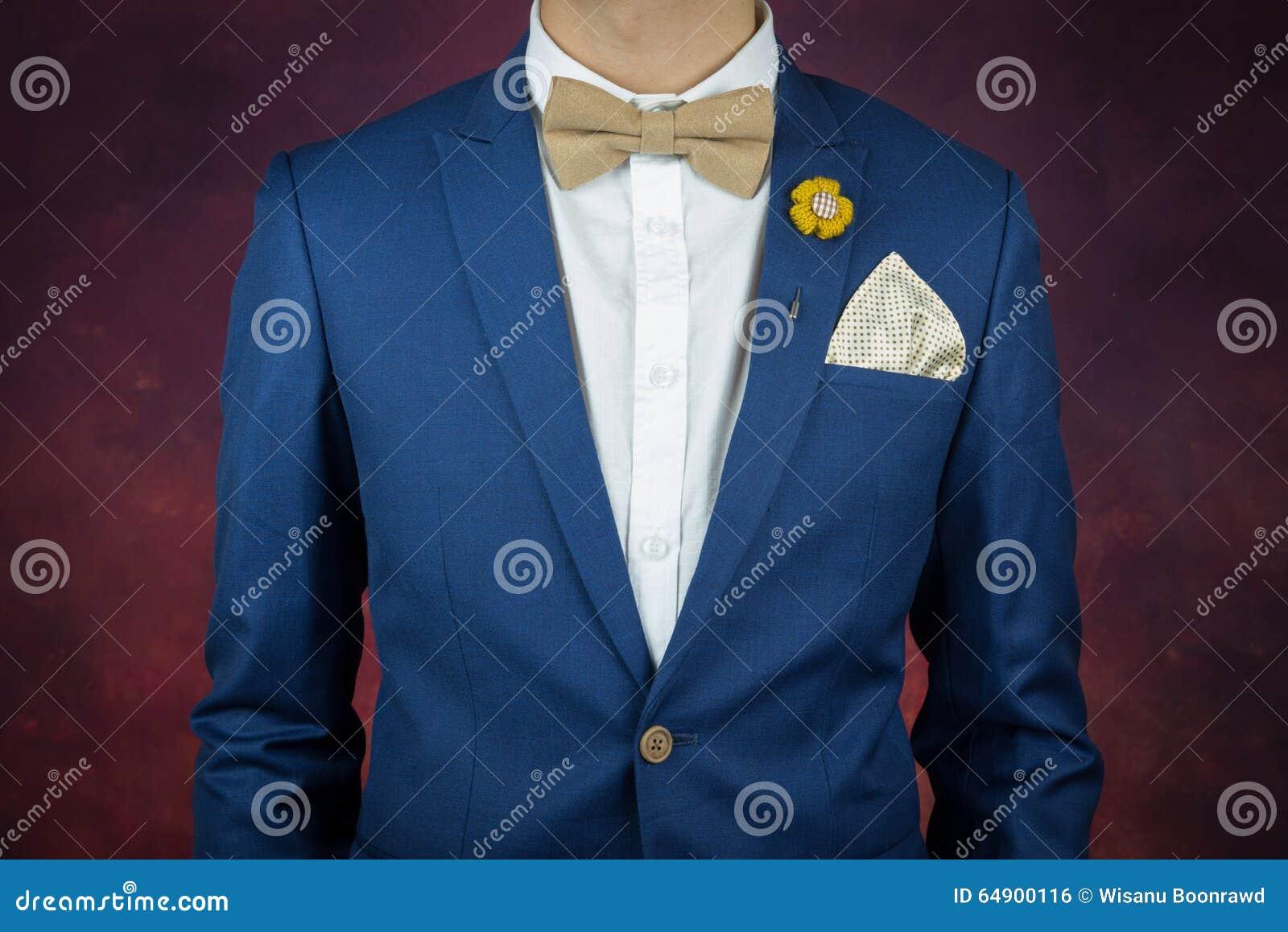 in vendita 0e659 741f8 Uomo In Cravatta A Farfalla Blu Del Vestito, Fibula, Fazzoletto ...