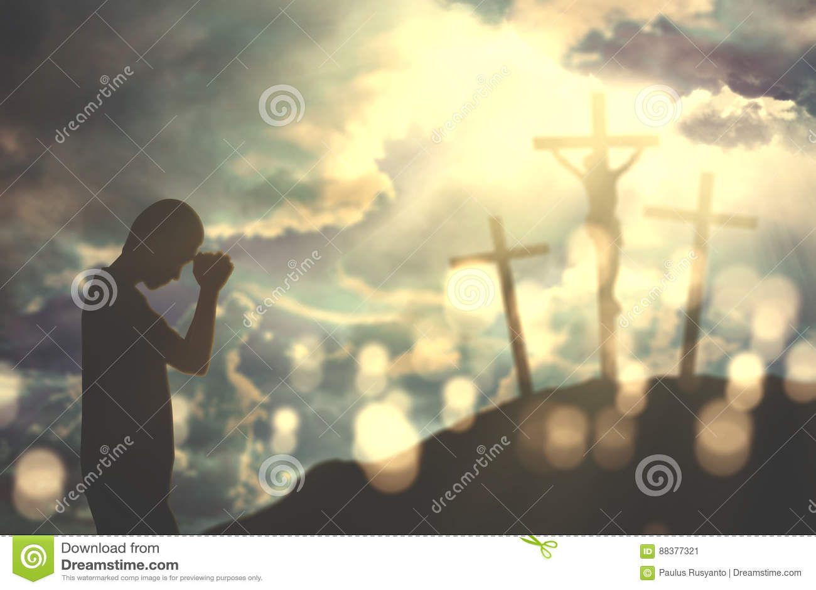 Siluetta di giovane uomo cristiano che prega a Dio con tre croci nella  collina 17e27157c59