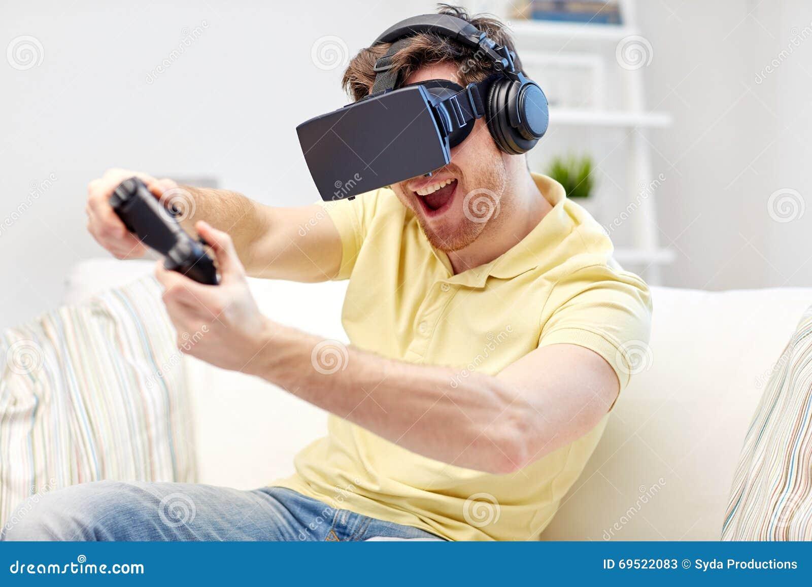 Uomo in cuffia avricolare di realt virtuale con il for Gioco arredare casa virtuale