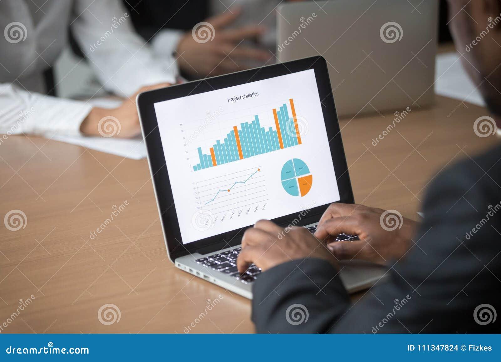 Uomo d affari africano che lavora al computer che analizza gli statis di progetto