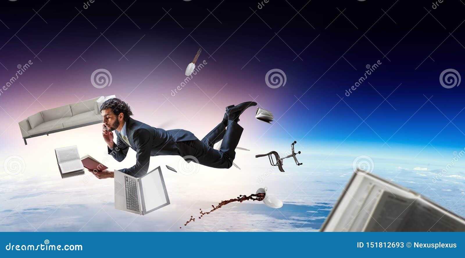Uomo d affari allegro del happe che levita orizzontalmente
