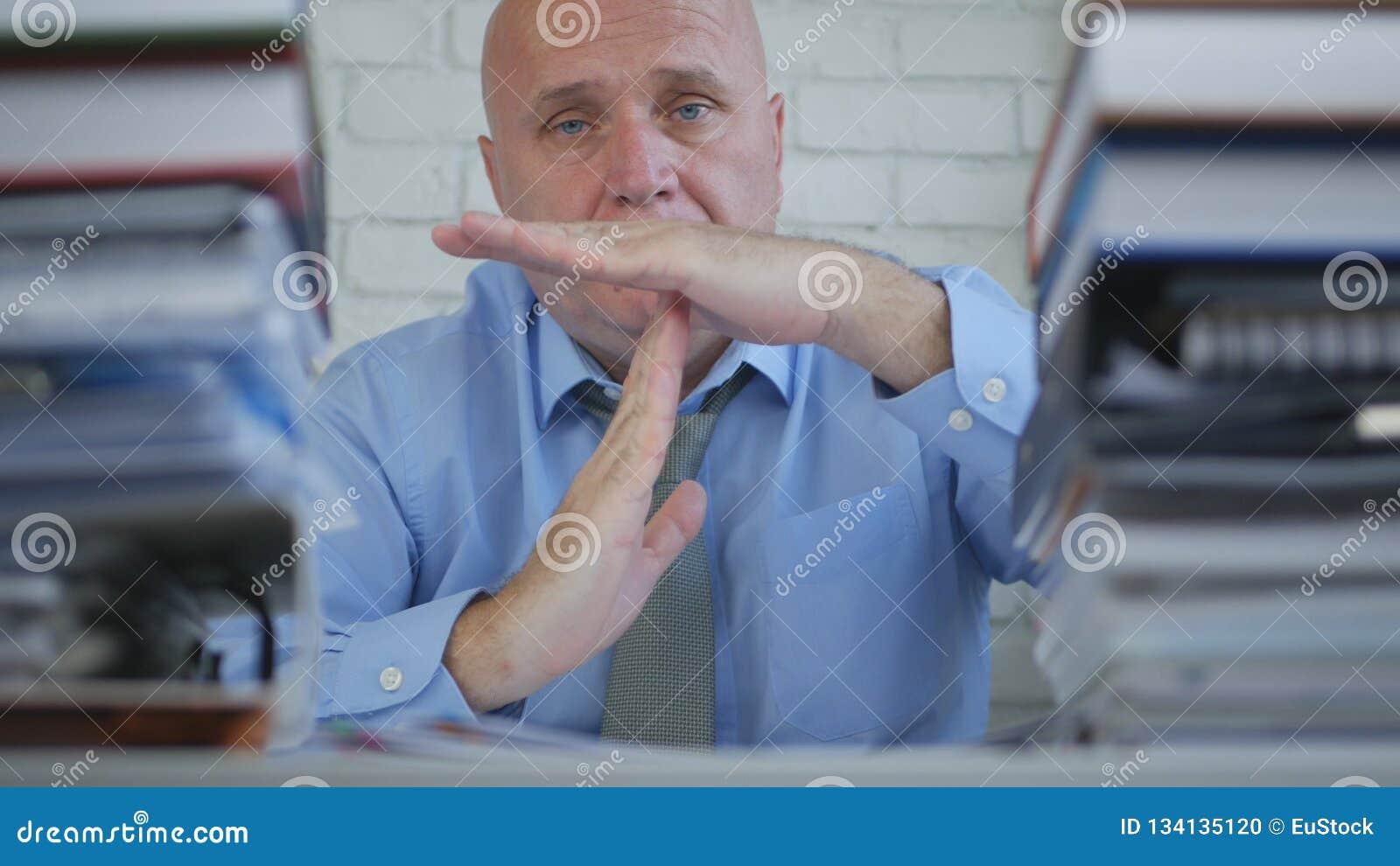 Uomo d affari In Archive Room che fa pausa o il segno della mano del Time Out