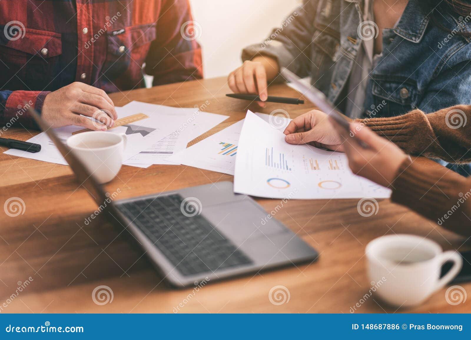 Uomo d affari asiatico che lavora insieme e che discute affare in una riunione